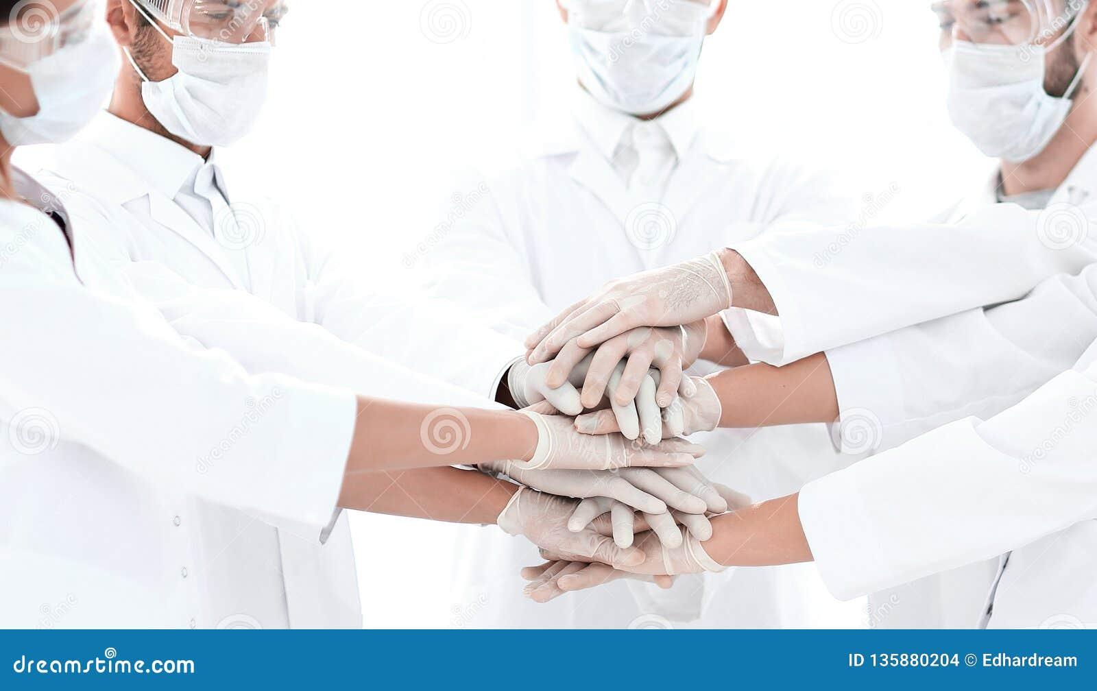 Foto del primer de los doctores Stacking Hand With Coworkers