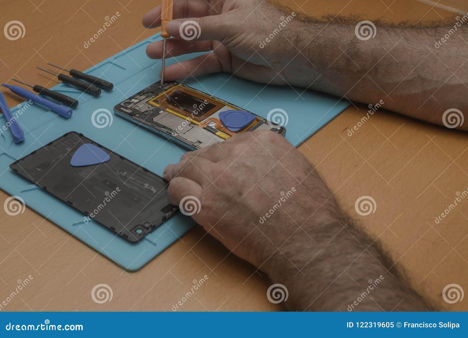 Foto del primer del técnico Hand Repairing Cellphone