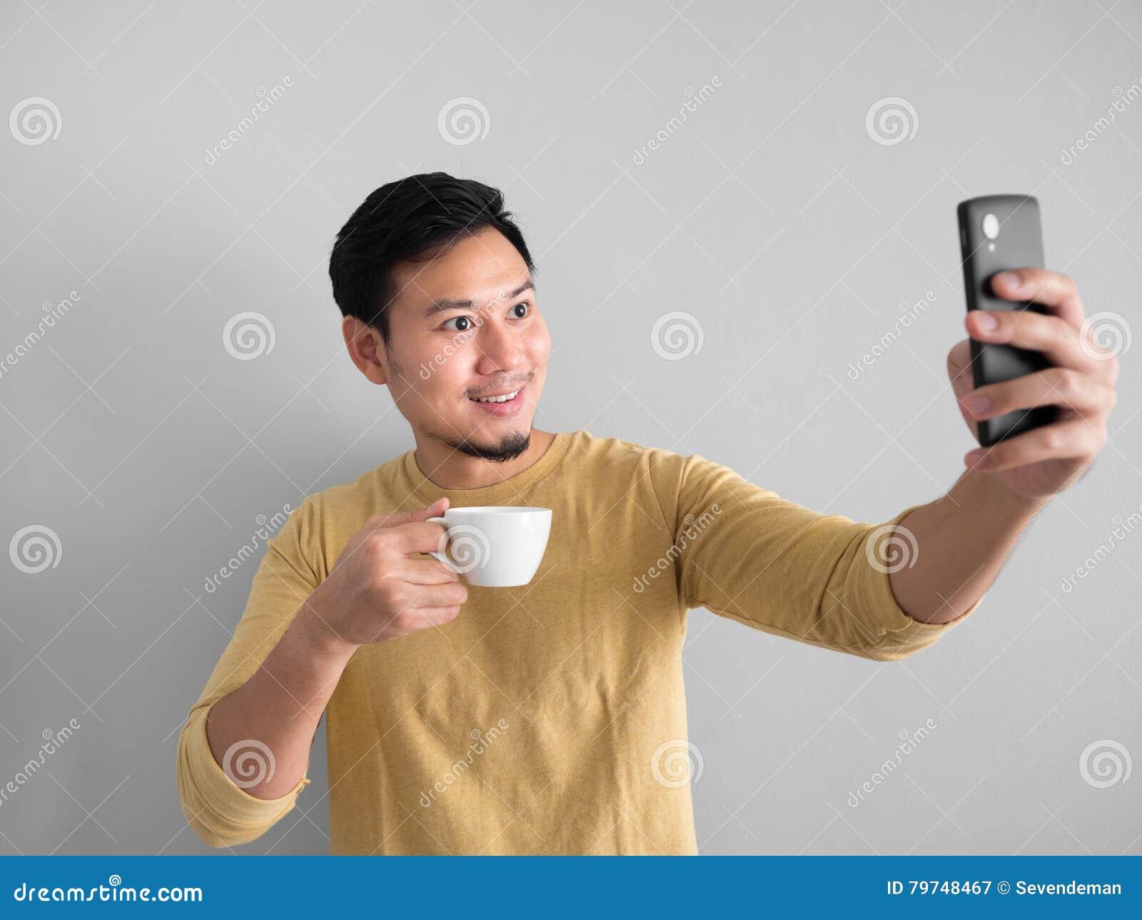 Foto del selfie de los taks del hombre con café
