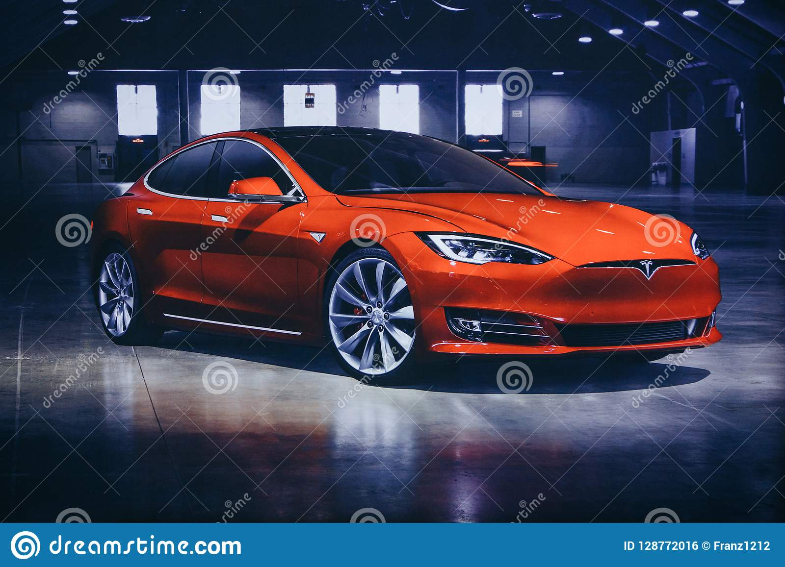 Foto dell immagine di un veicolo elettrico Tesla al salone dell automobile di Tesla a Berlino Un automobile elettrica moderna