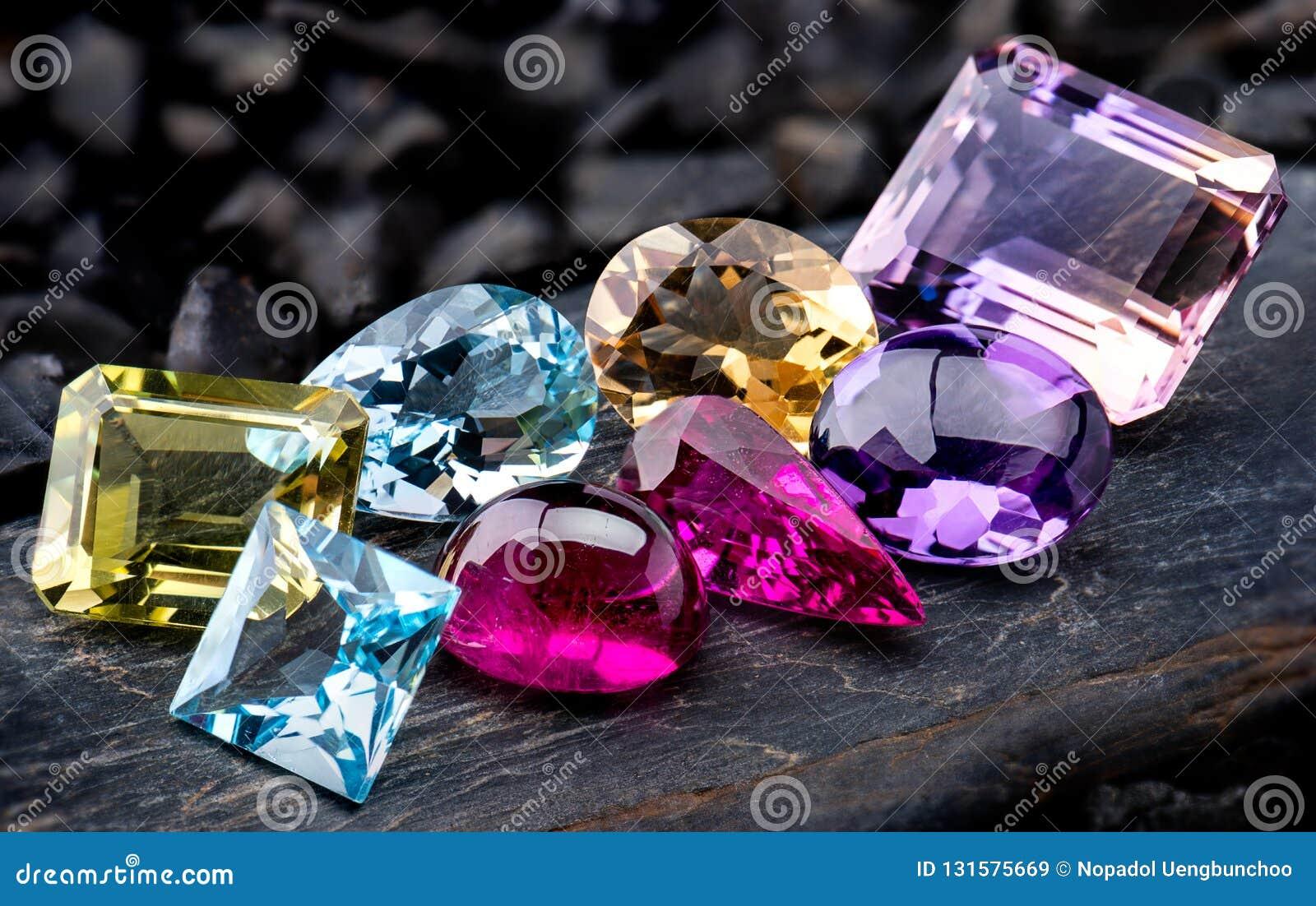 Foto dellinsieme dei gioielli della raccolta delle pietre preziose