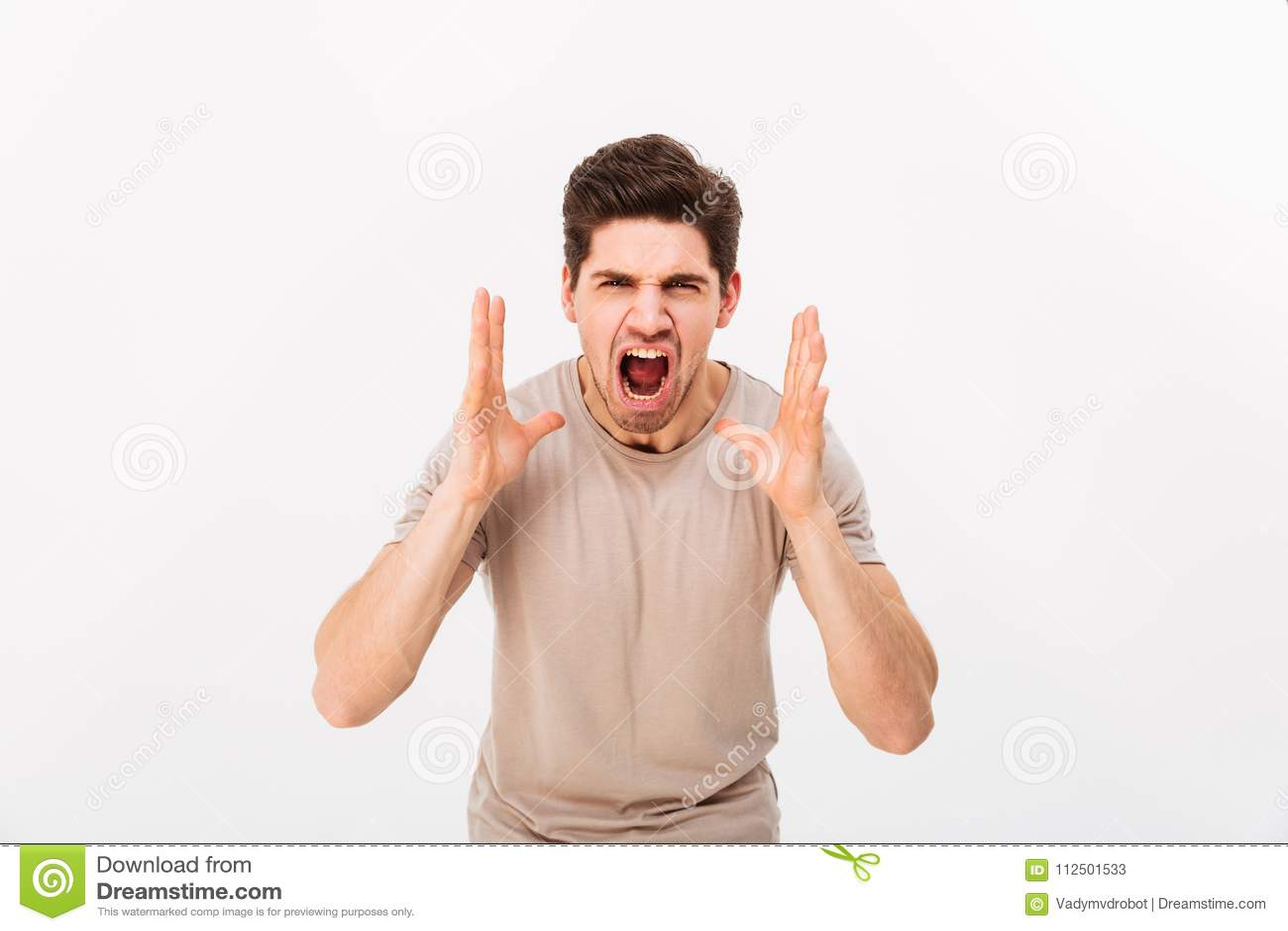 Foto dell uomo aggressivo o irritato che grida sulla macchina fotografica mentre l