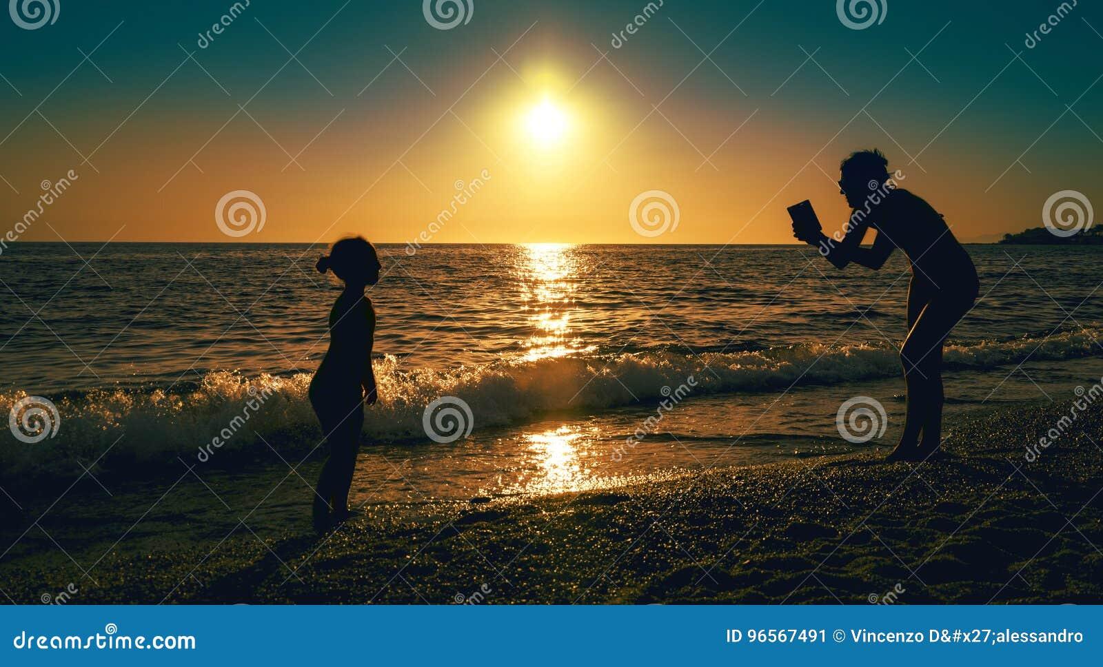 Foto della madre vicino al mare