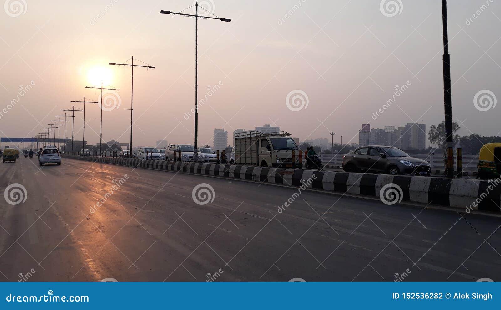 Foto della strada a tempo la mattina con il cielo