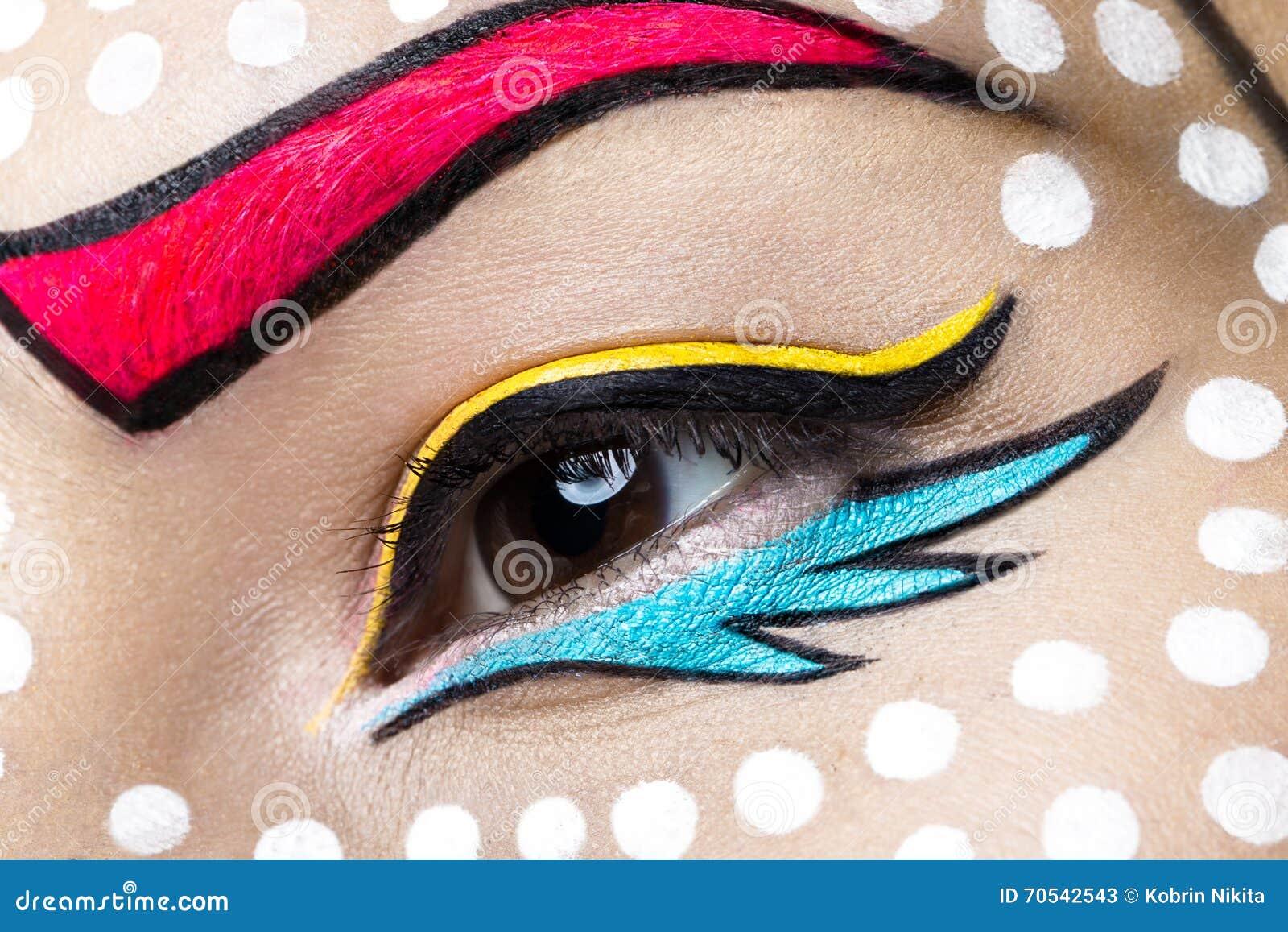 Foto der jungen Frau mit professionellem komischem Pop-Arten-Make-up Kreative Schönheitsart Abschluss oben
