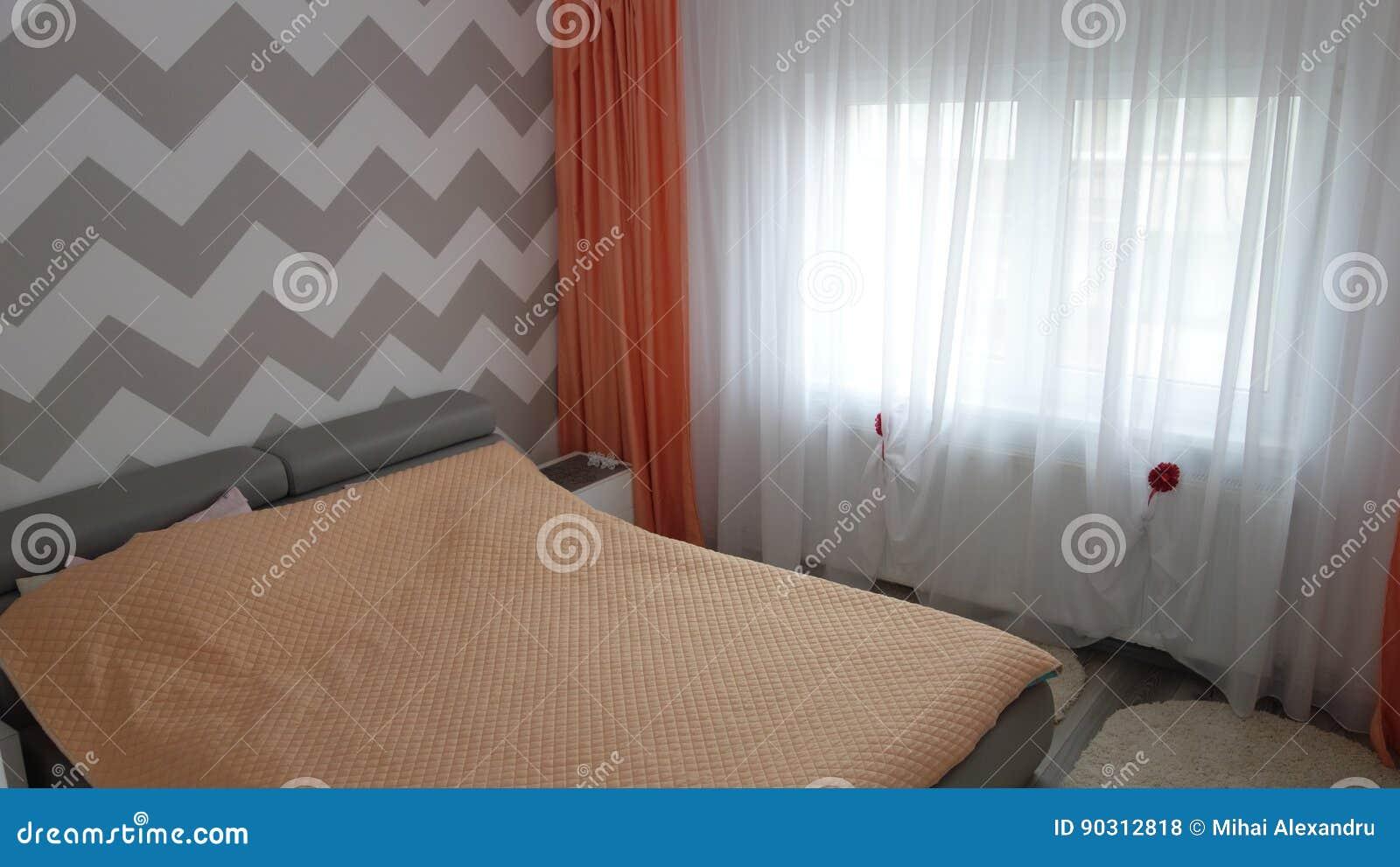 Foto Der Mittelgroßen Schlafzimmerwohnung In Den Grauen Farben ...