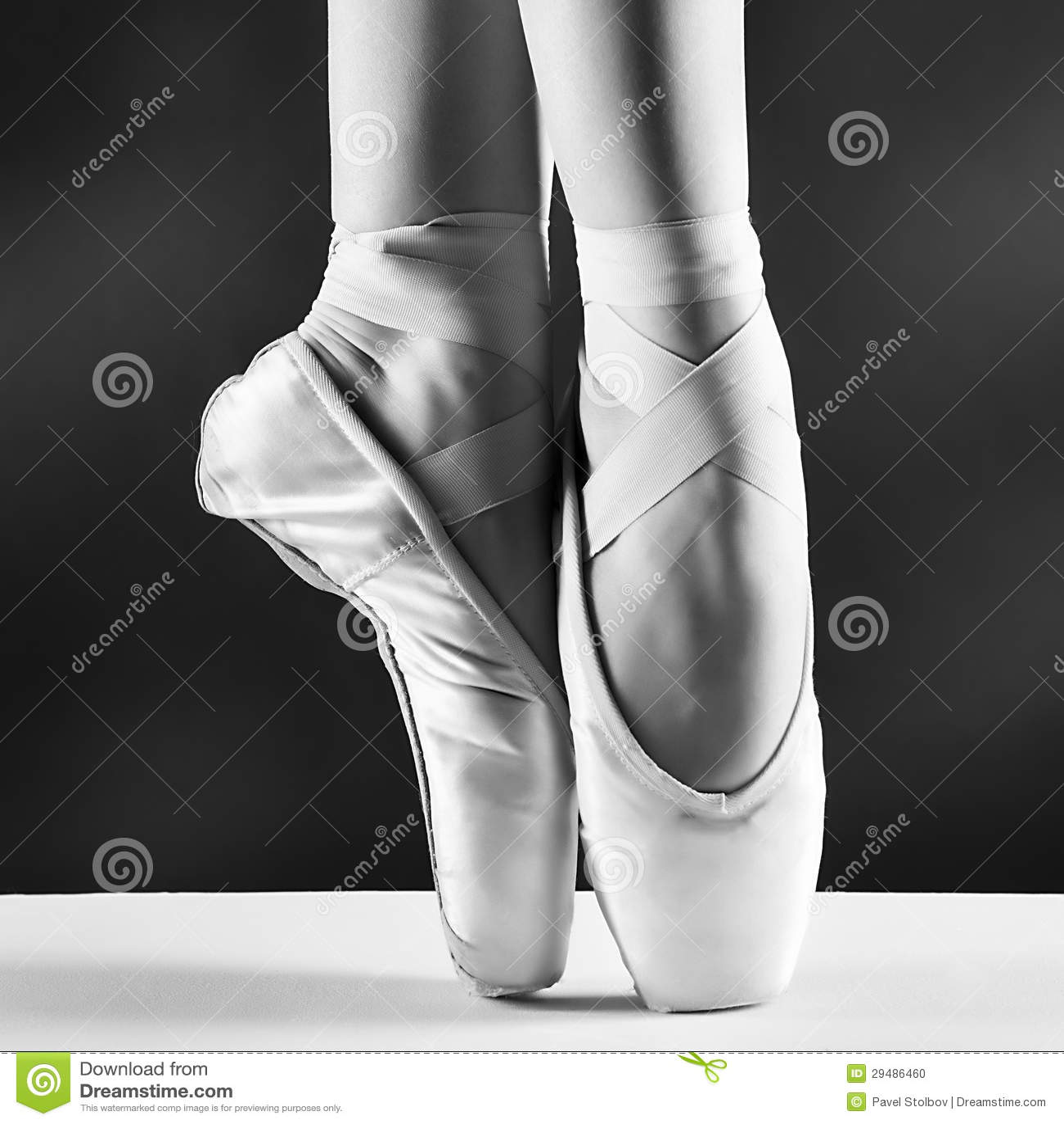 Foto der pointes der Ballerina auf schwarzem Hintergrund