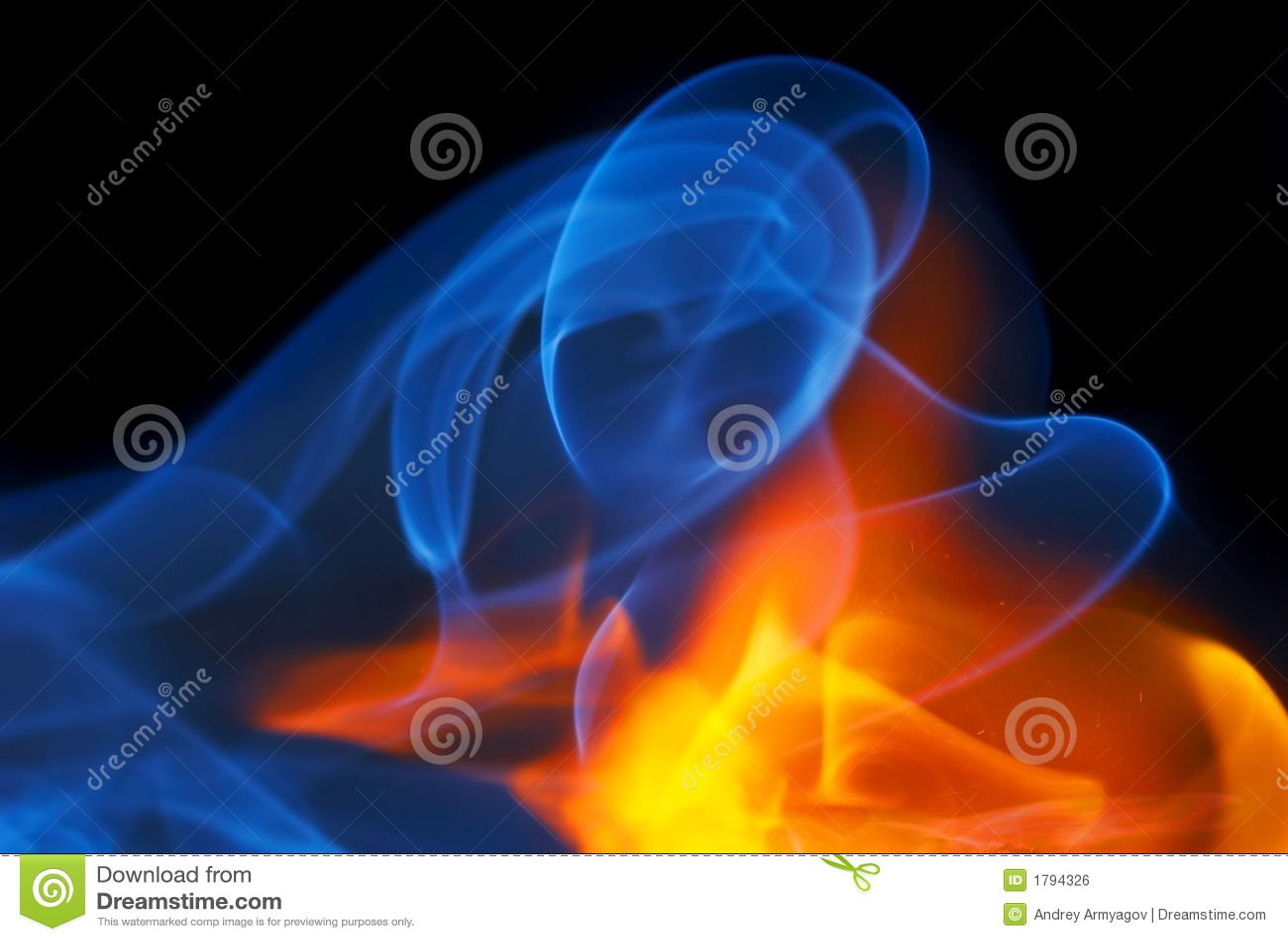 Foto des Feuers mit einem Rauche auf einem schwarzen Hintergrund