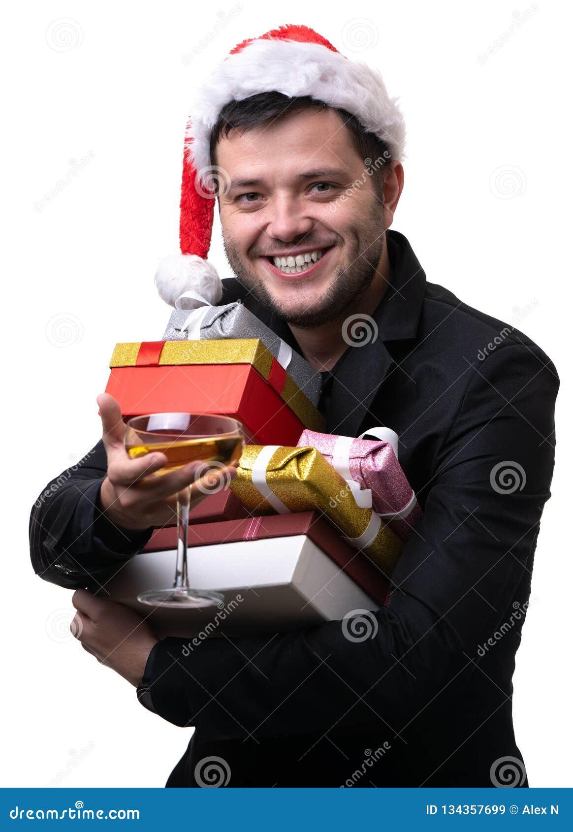 Foto des glücklichen Mannes in Sankt Kappe mit Kästen mit Geschenken, mit Anschluss