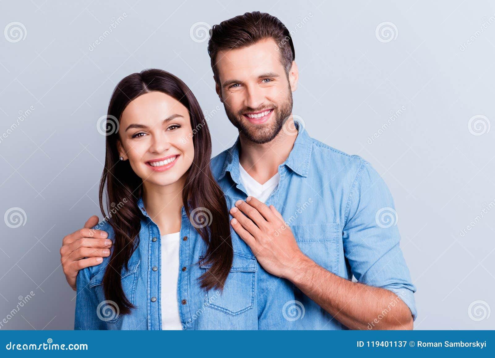 Foto des glücklichen verheirateten Paars, Ehemann, der seine Hände auf seinem hält