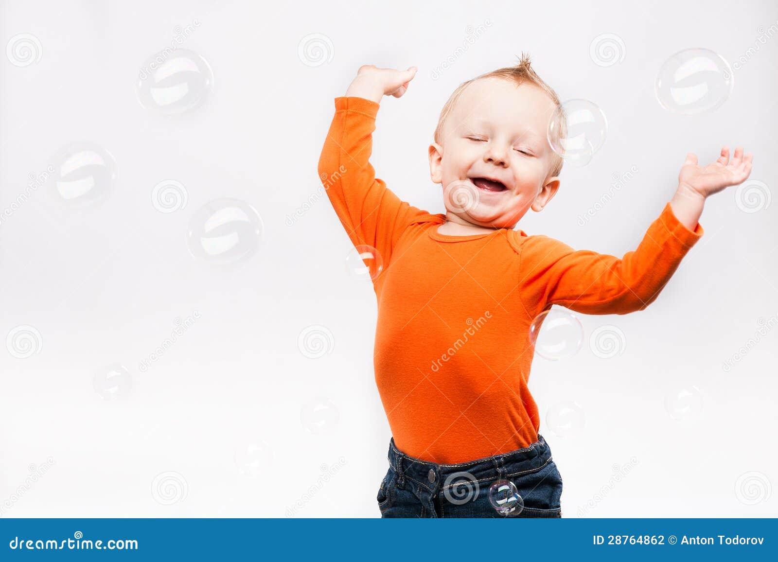 Foto des kleinen Jungen, spielend mit Seife b