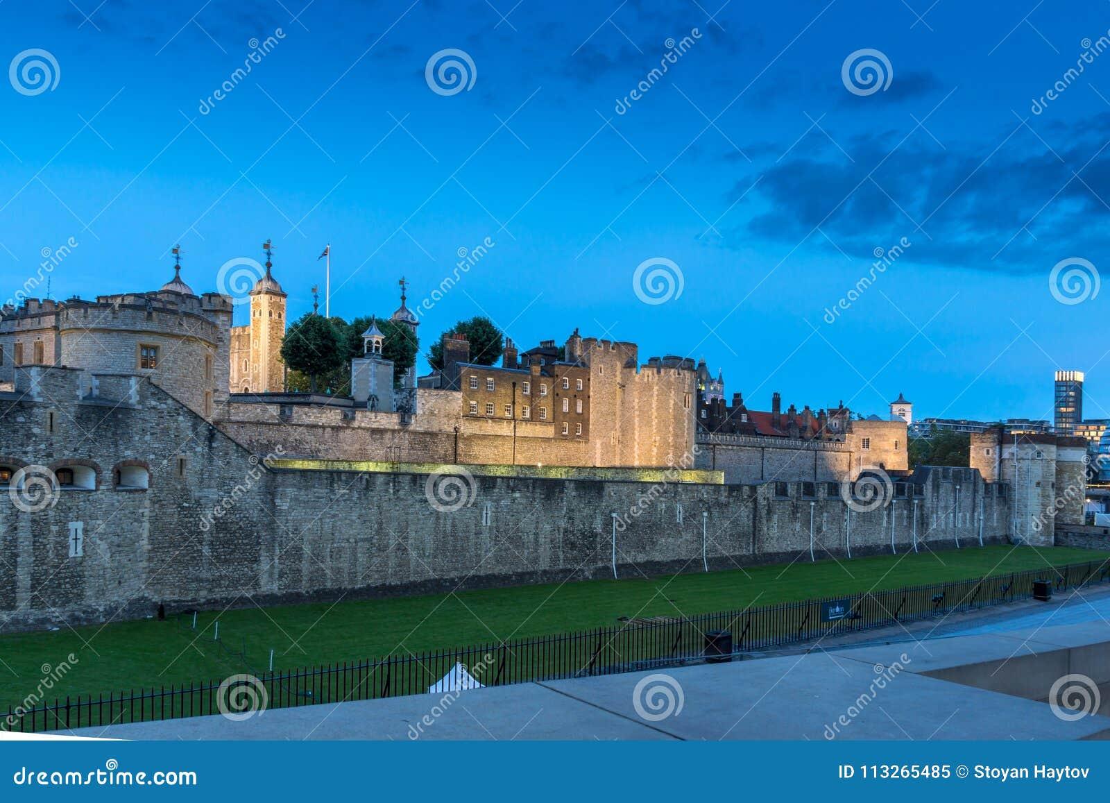 Foto di notte della torre di Londra storica, Inghilterra, Gran Bretagna