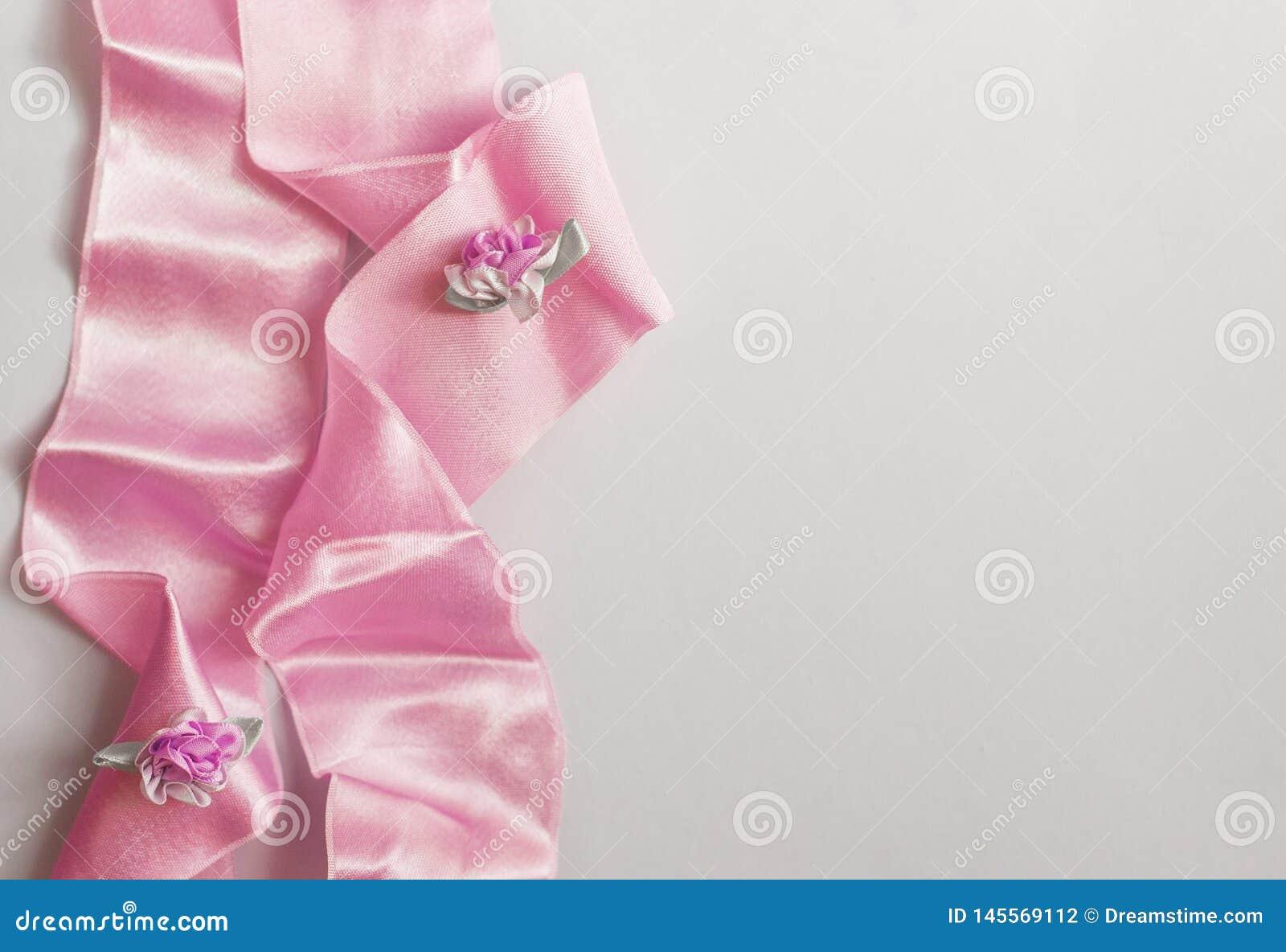 Foto di riserva disegnata Modello da tavolino di nozze femminili con i fiori del Gypsophila del respiro del bambino, foglie verdi