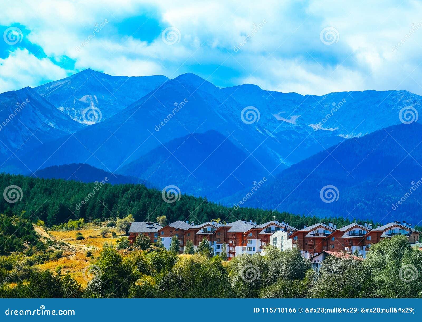 Foto die een mooi kleurrijk Bulgaars bergdorp afschilderen