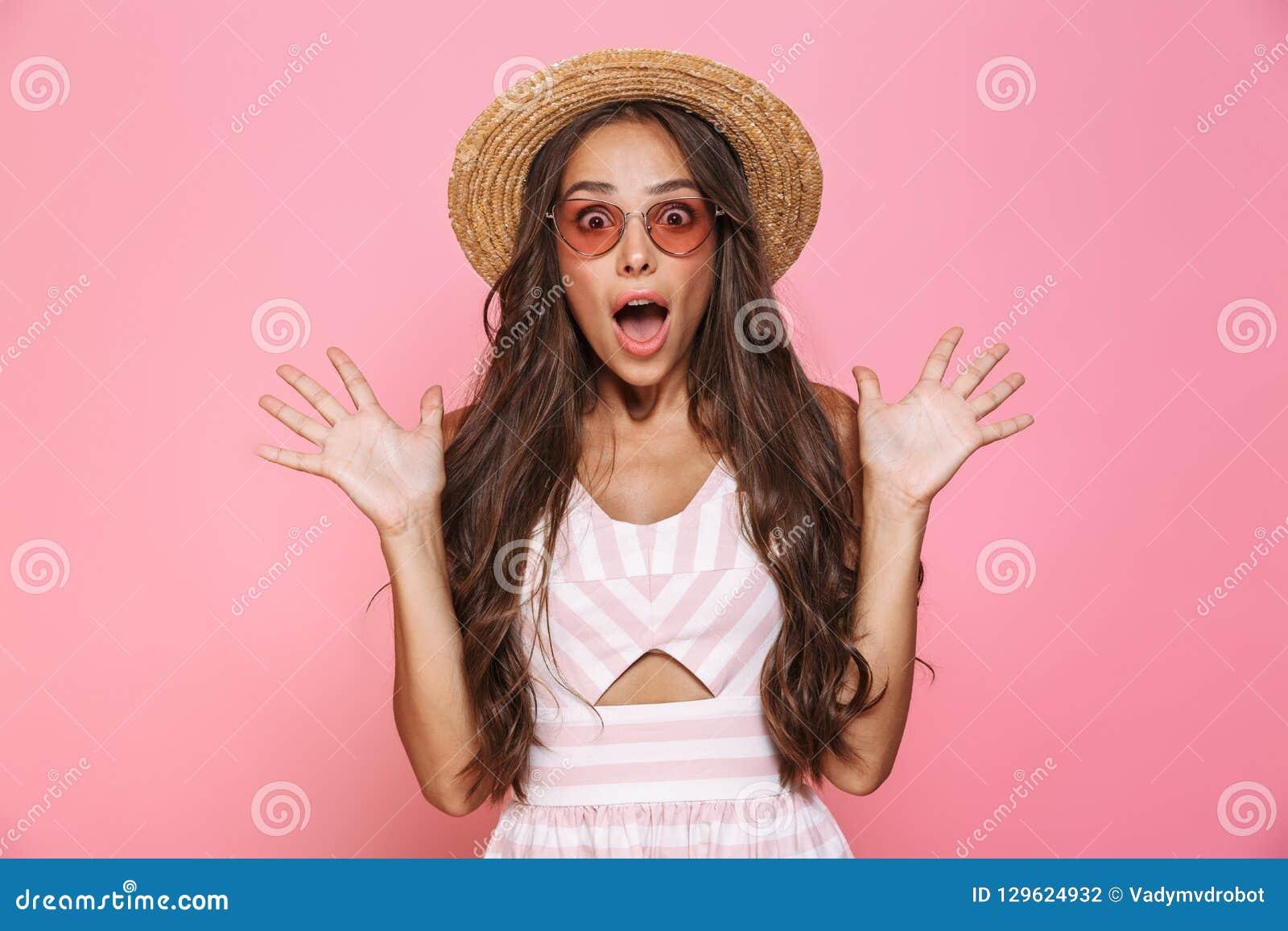 Foto die van mooie vrouwenjaren  20 zonnebril en yelli van de strohoed dragen