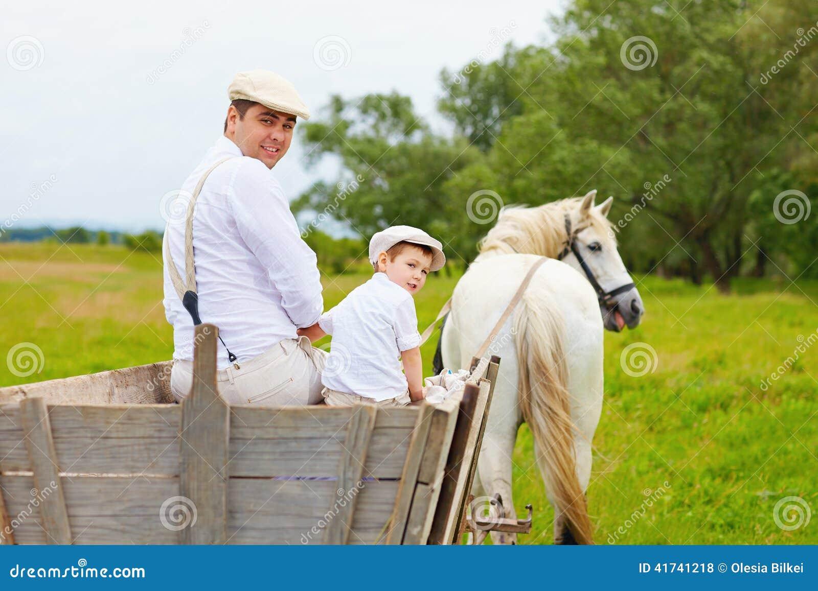 Foto divertida de la familia y del caballo del granjero que miran detrás