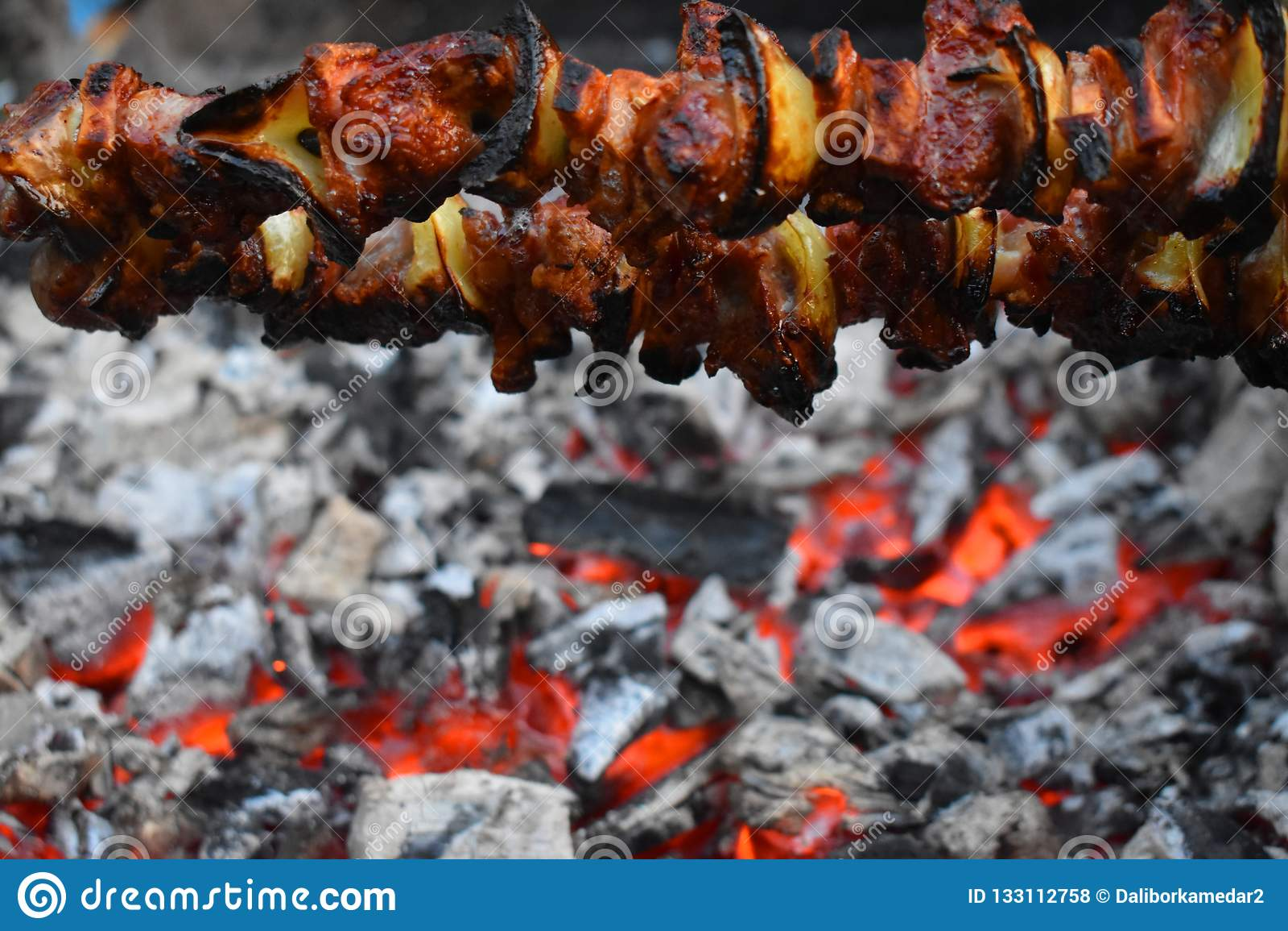 Foto do carvão e da grade quentes barbecue
