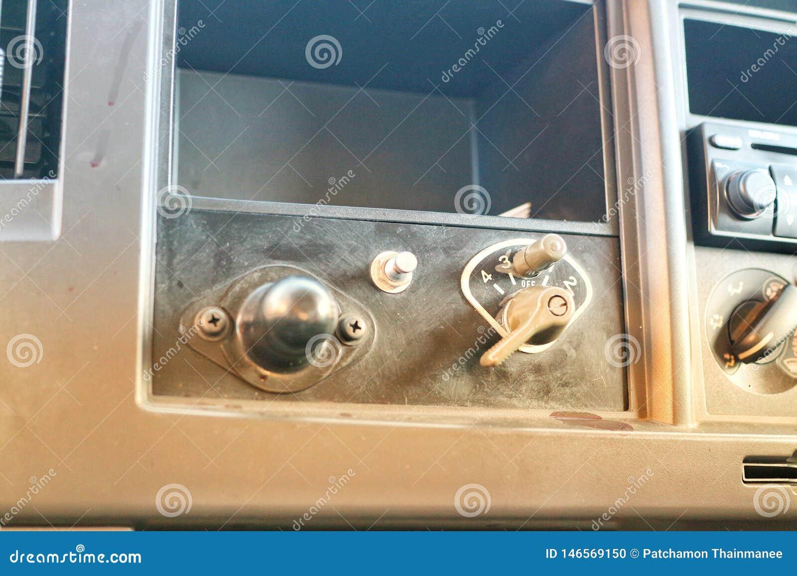 Foto do close-up da cabine com um número de interruptores, alterada dentro do veículo militar, fundo verde do vintage
