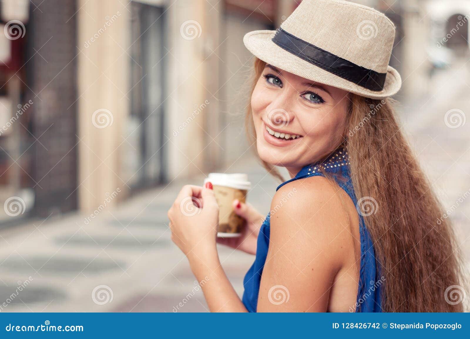 Foto do close-up de uma menina bonita e alegre que anda fora