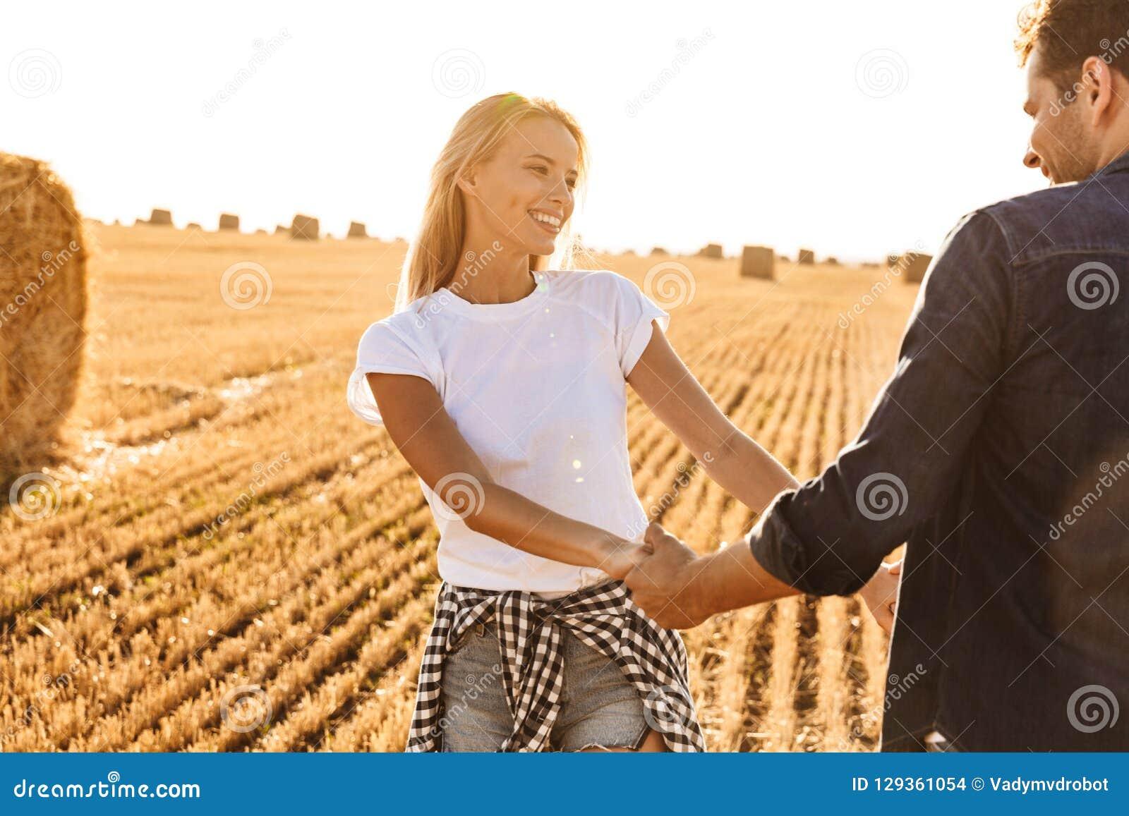 Foto do homem atrativo e da mulher dos pares que sorriem ao andar t