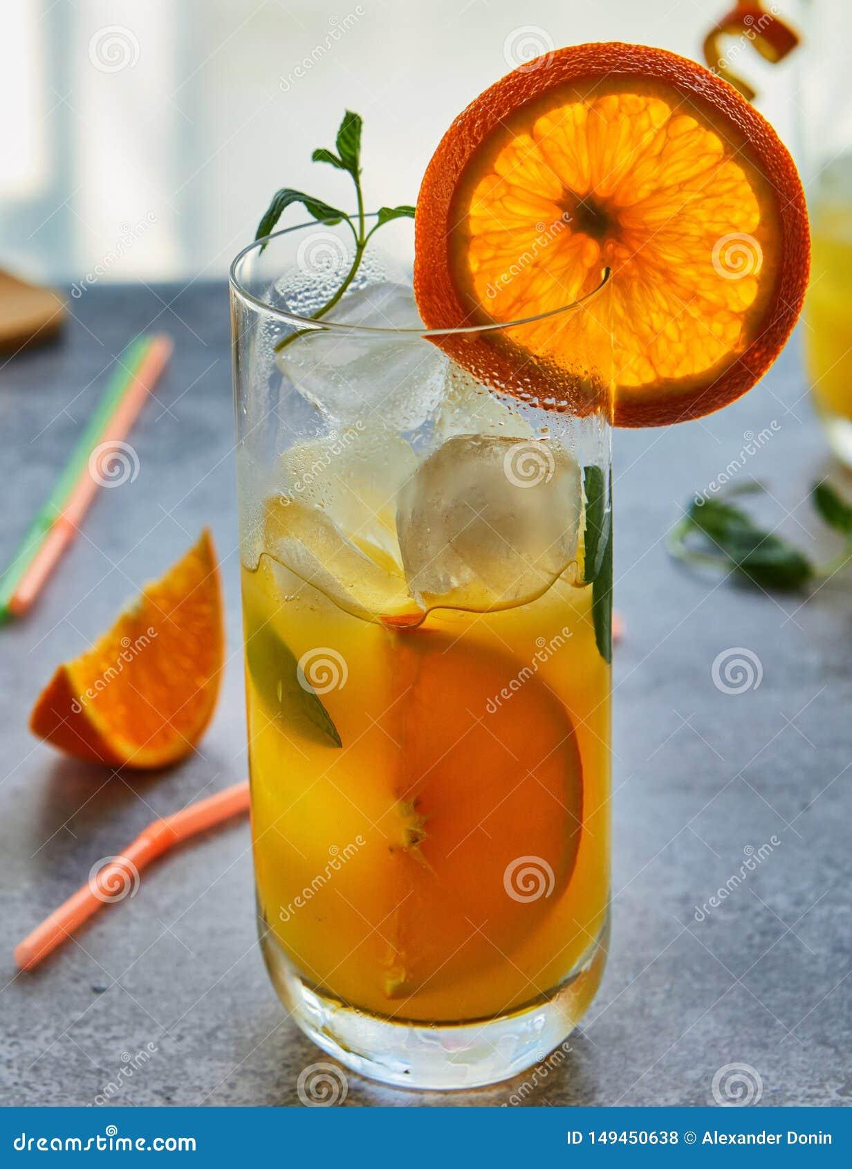 Foto do suco de laranja fresco no frasco de vidro Conceito org?nico saud?vel da bebida do ver?o