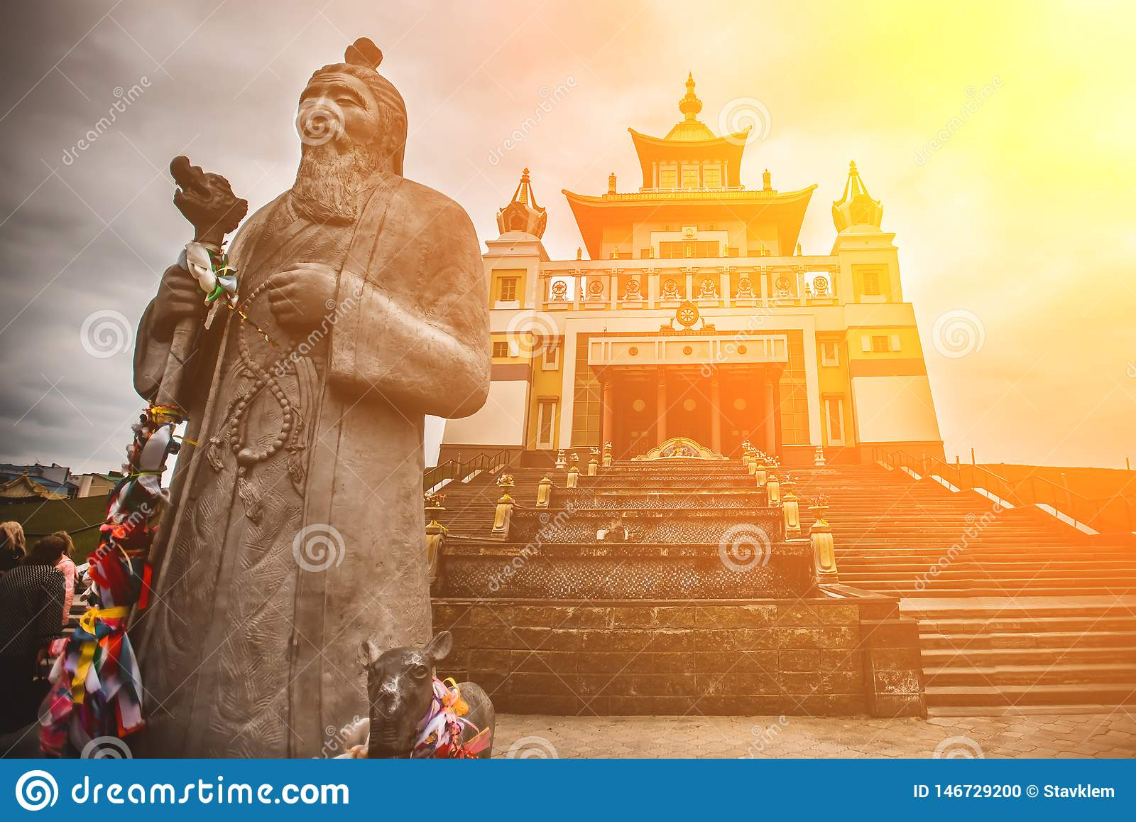 Foto do templo do bhuddhist - domicílio dourado do khurul da Buda Shakyamuni