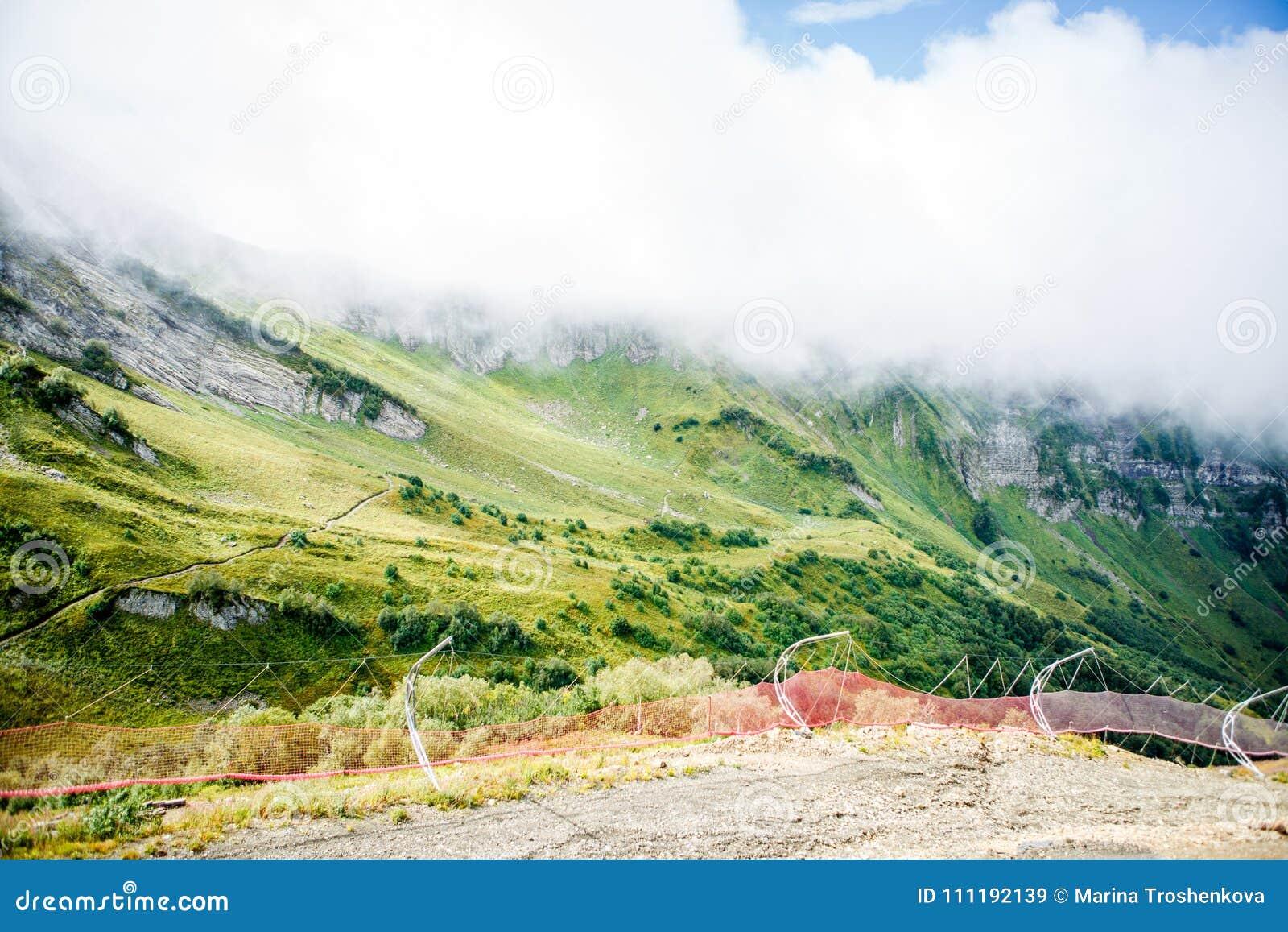 Foto do terreno montanhoso enevoado
