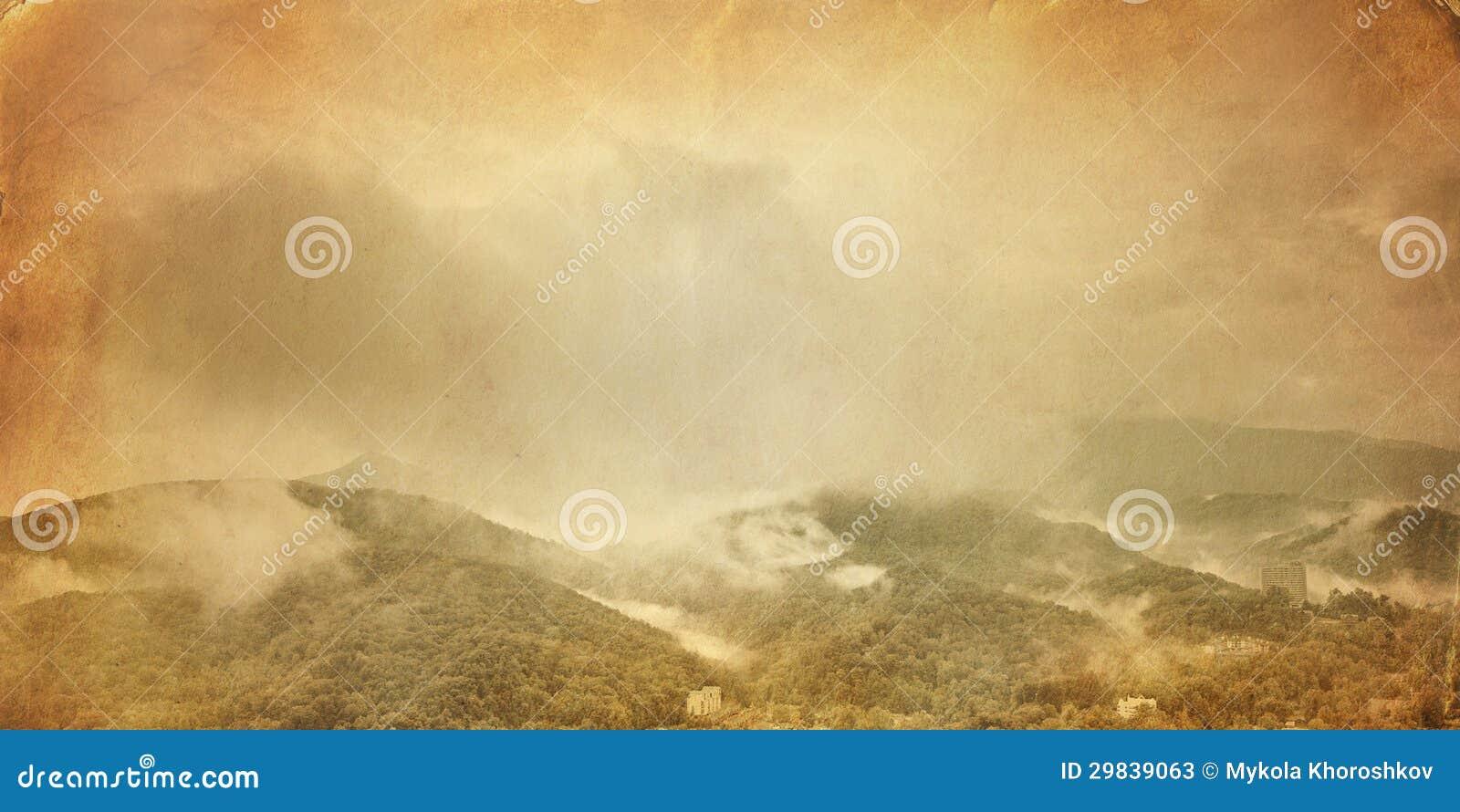 Foto do vintage da paisagem nevoenta do vale da montanha
