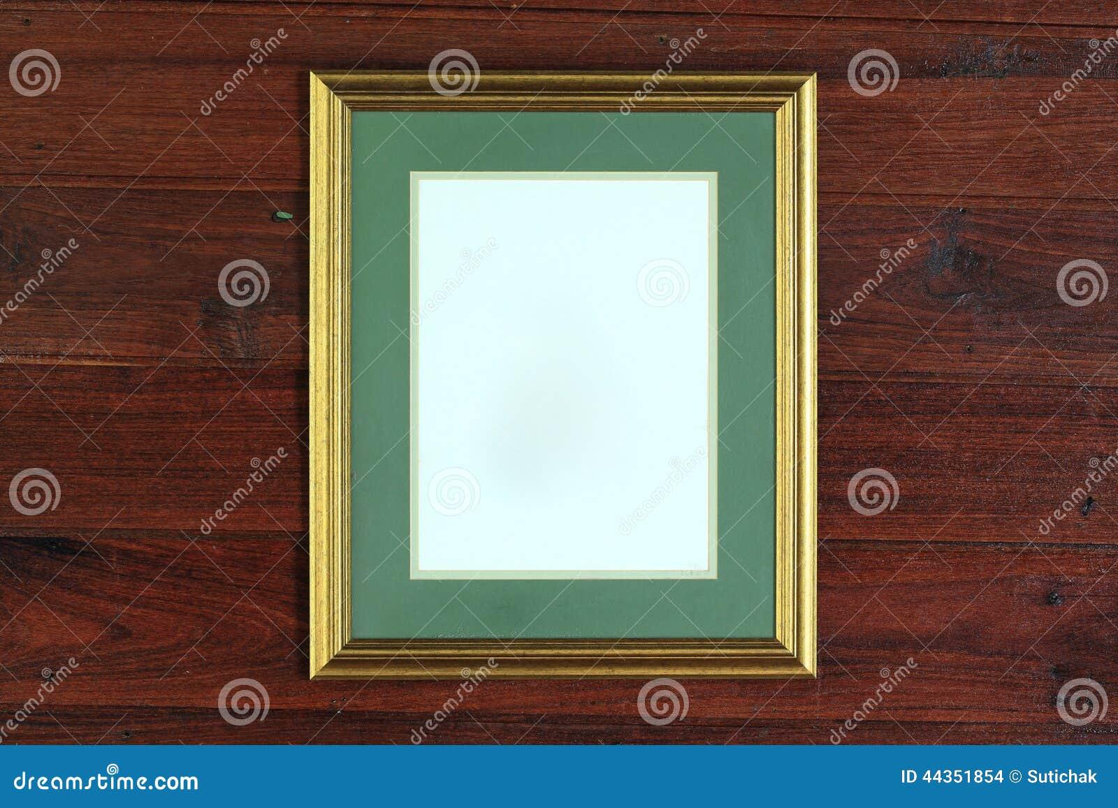 Foto dorata della struttura sulla parete di legno
