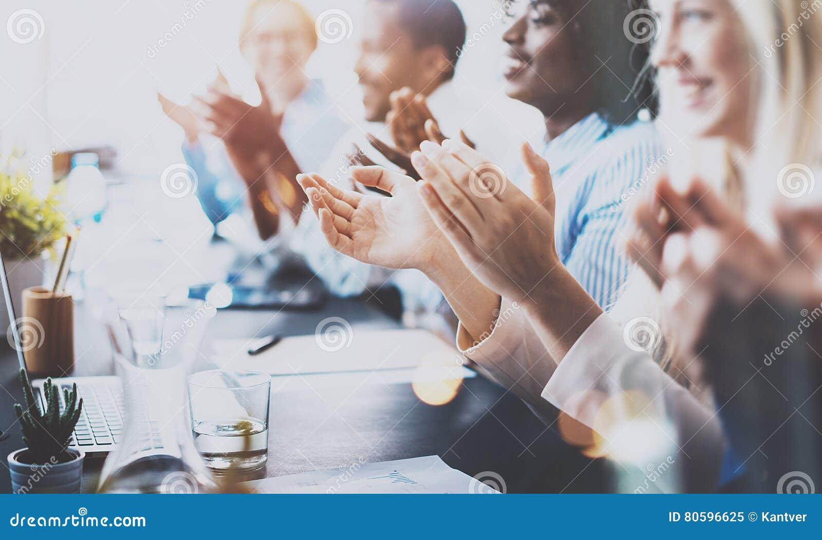 Foto dos sócios que aplaudem as mãos após o seminário do negócio Instrução profissional, reunião do trabalho, apresentação ou tre