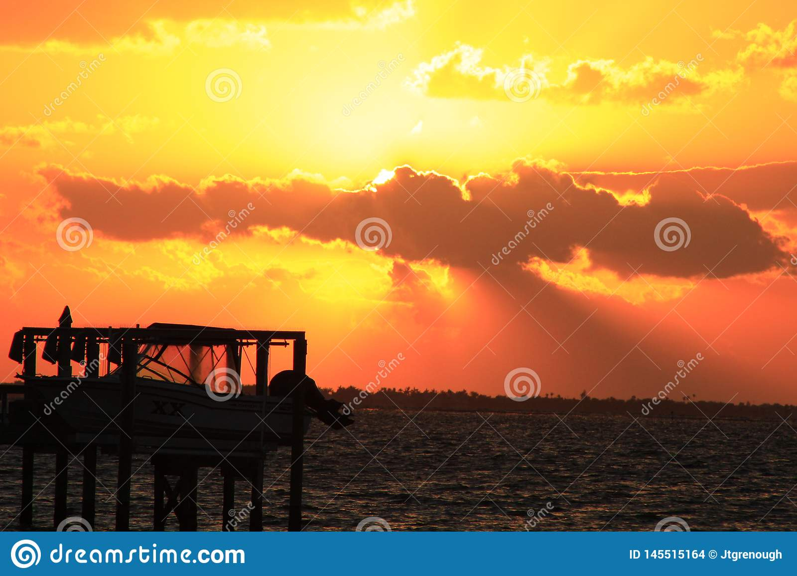 Foto drammatica di tramonto con l ascensore della barca in priorit? alta