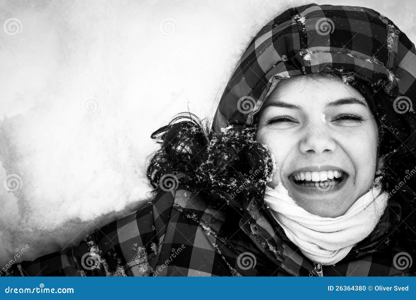 Foto einer jungen Frau im Schnee