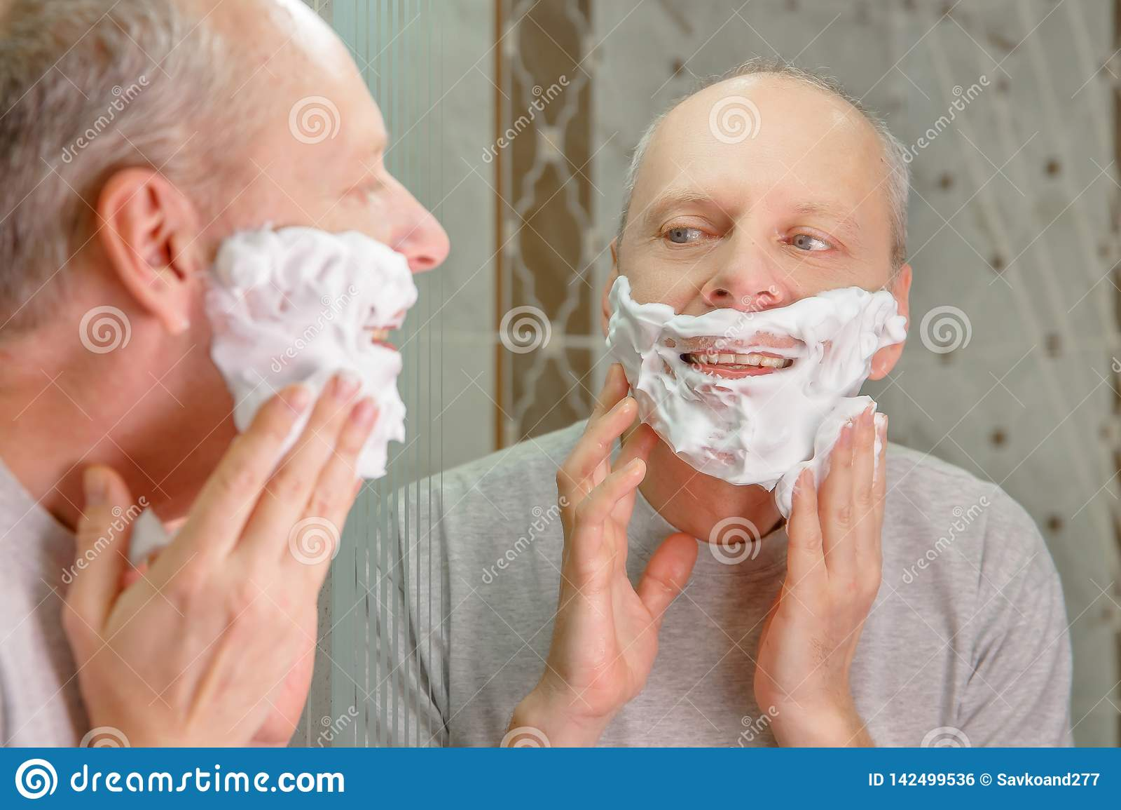 Foto eines Mannes, der sein Gesicht rasiert