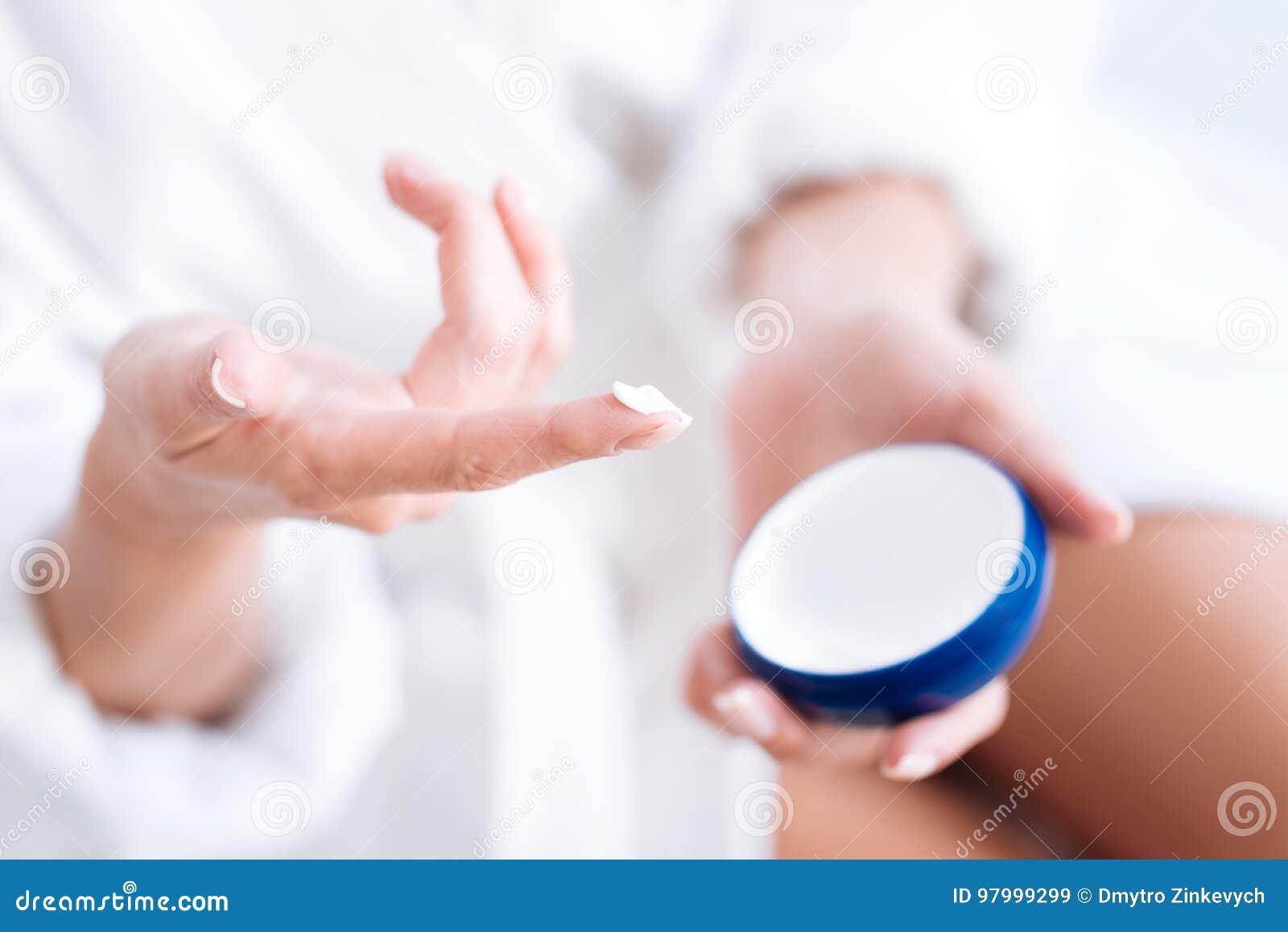 Foto enfocada en el finger femenino esa crema de la prueba