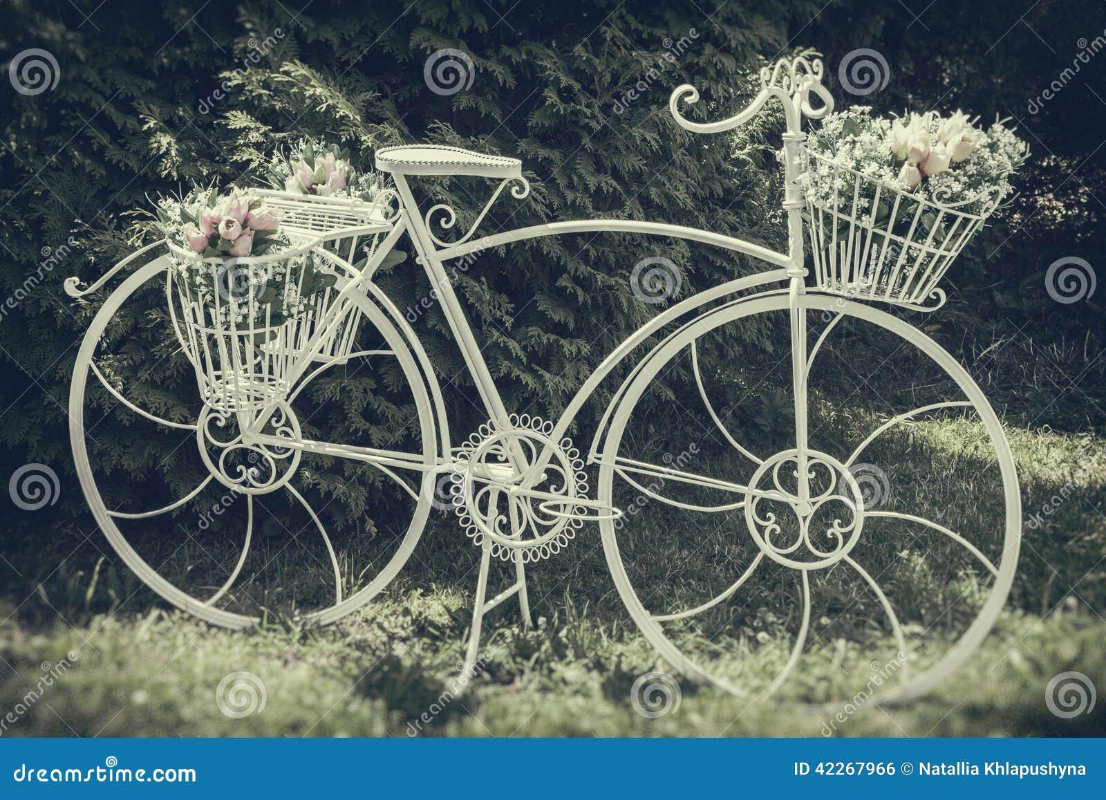 Bicicleta Del Vintage Adornada Con Las Flores Imagen