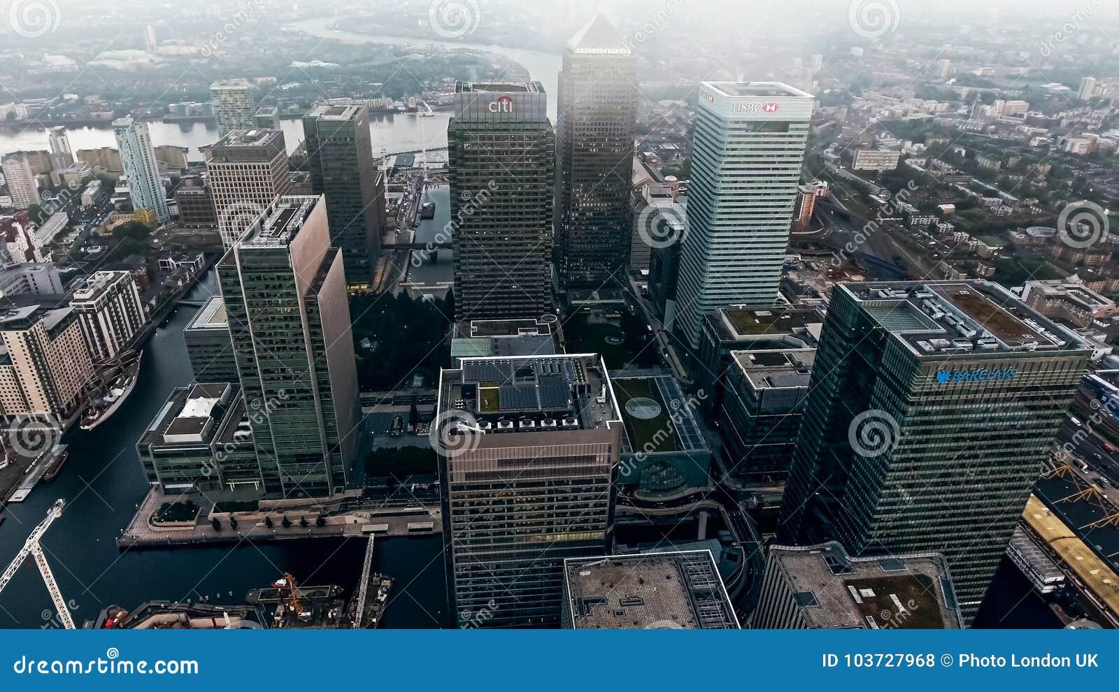 Foto för flyg- sikt av det finansiella området och skyskrapor för London stad