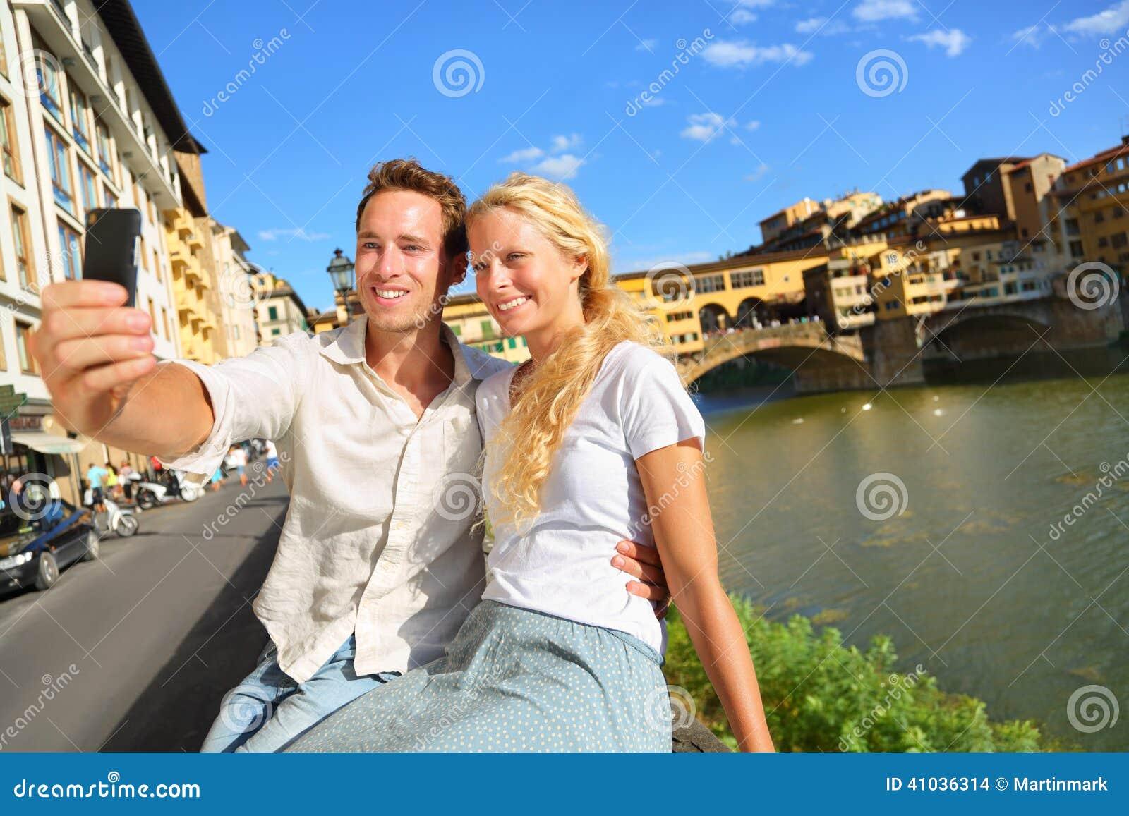 Foto feliz del selfie de los pares en viaje en Florencia