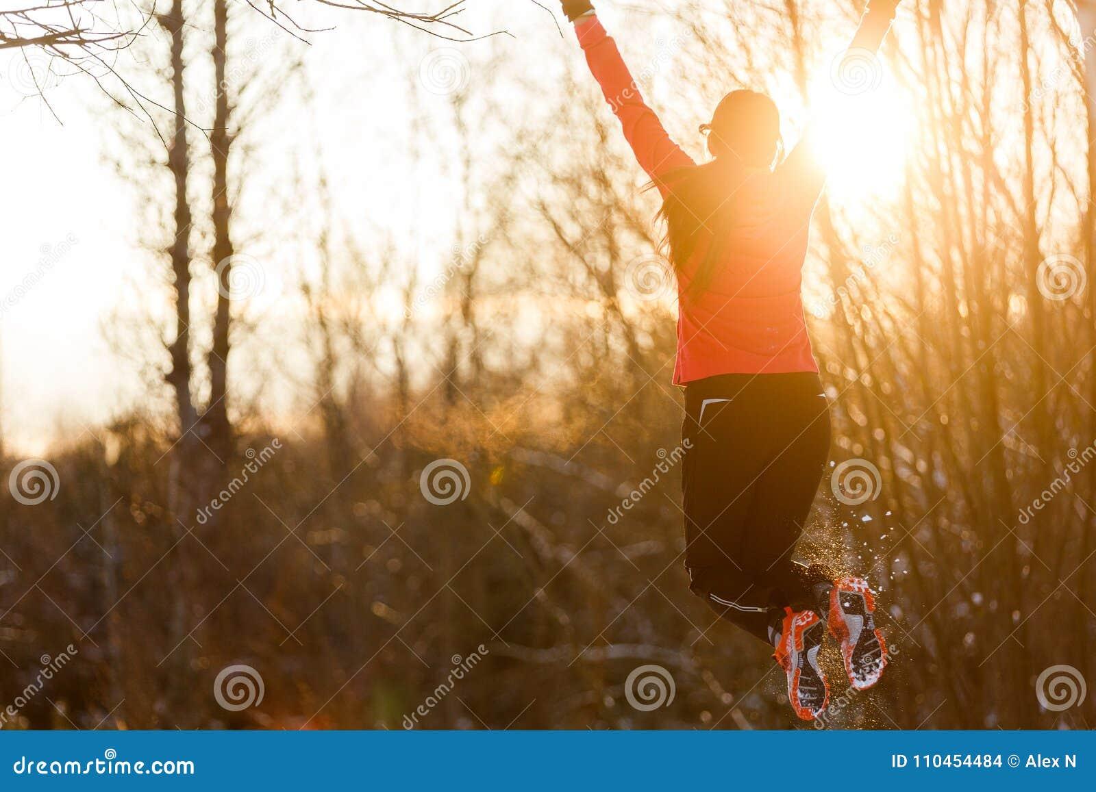 Foto från kvinnlig idrottsman nen för tillbaka banhoppning i trän