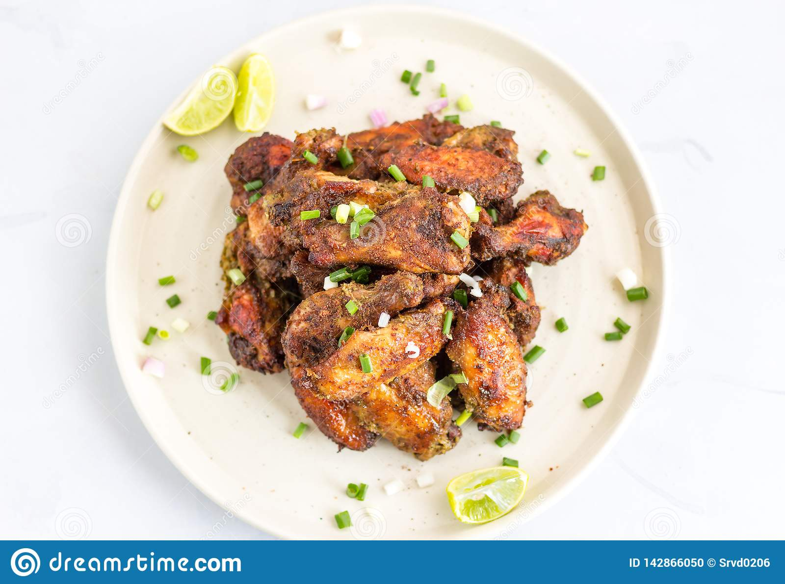 Foto giamaicana piccante di vista superiore delle ali di pollo di scatto