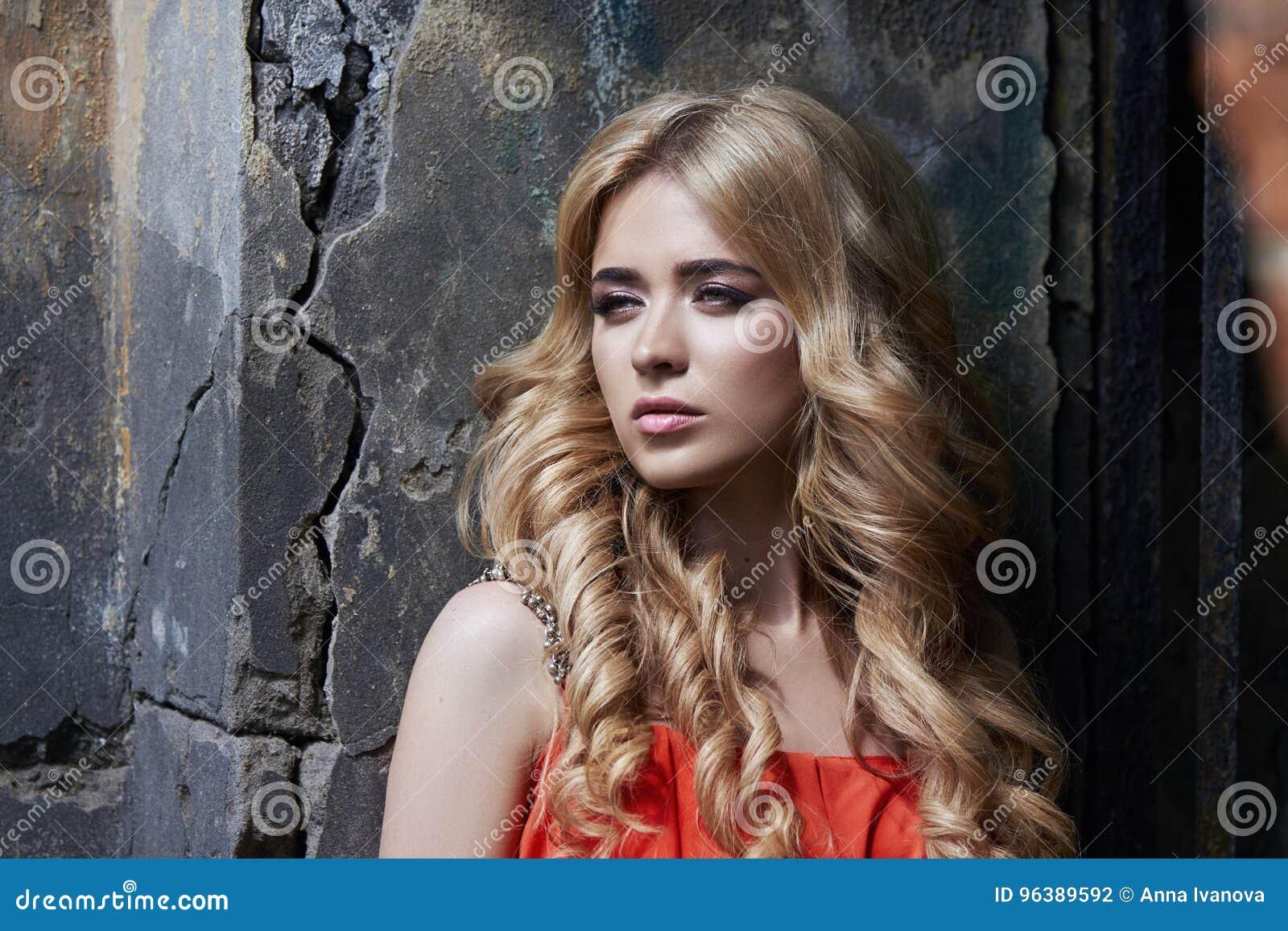Foto hermosa de la mujer joven de la moda al aire libre cerca del viejo verano de la GRANJA Blondes de la muchacha del retrato en