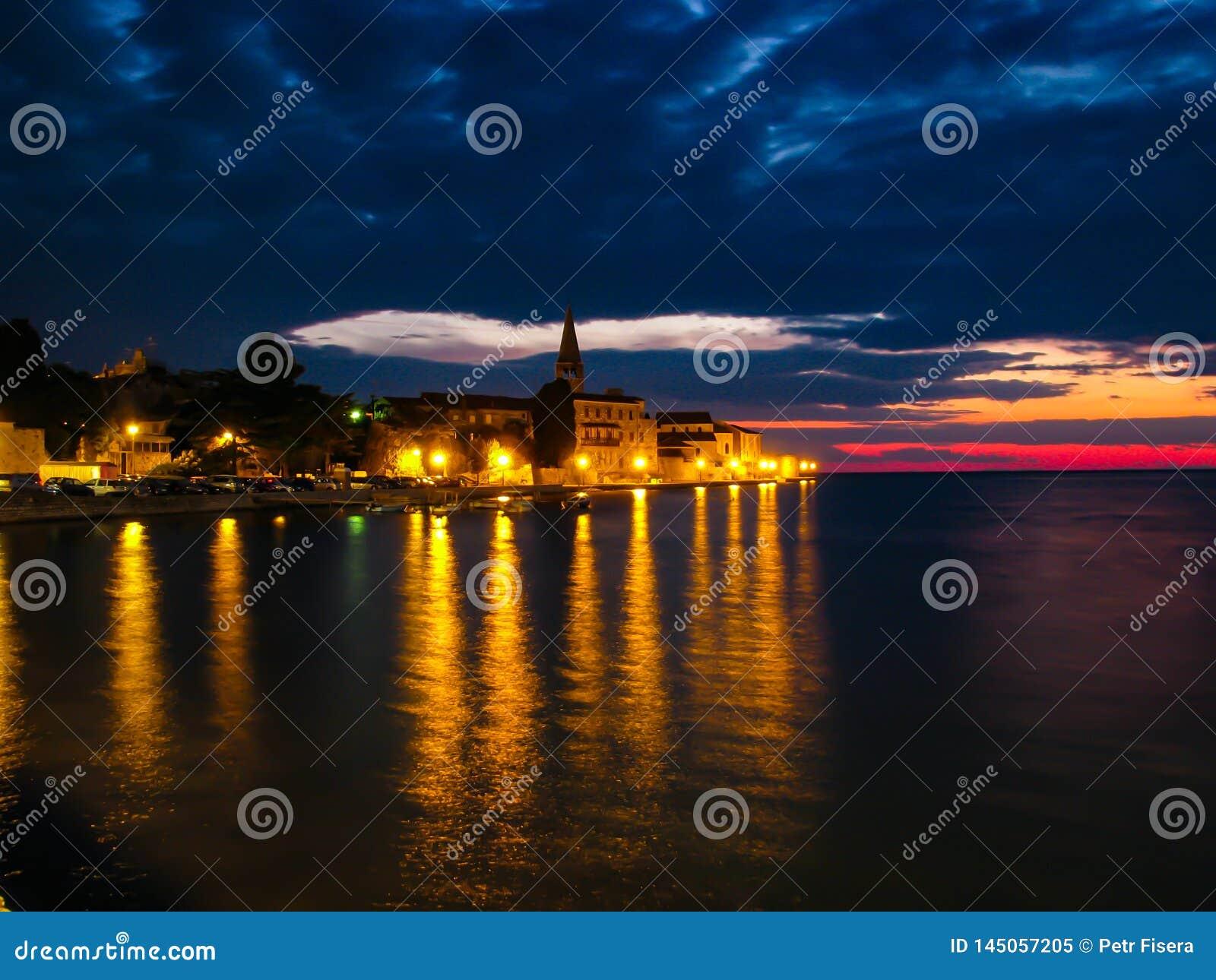 Foto hermosa de la puesta del sol de la ciudad a través del mar