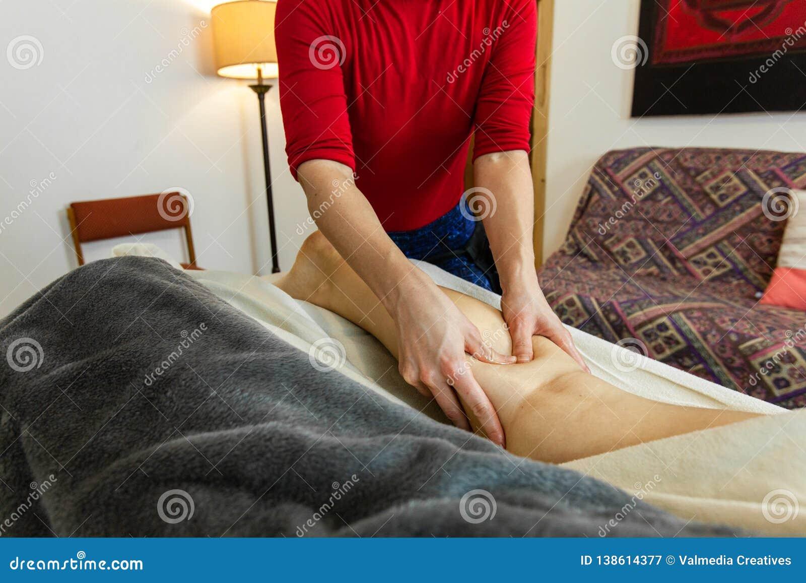 Foto hermosa de las manos de una mujer que dan un masaje profundo del tejido