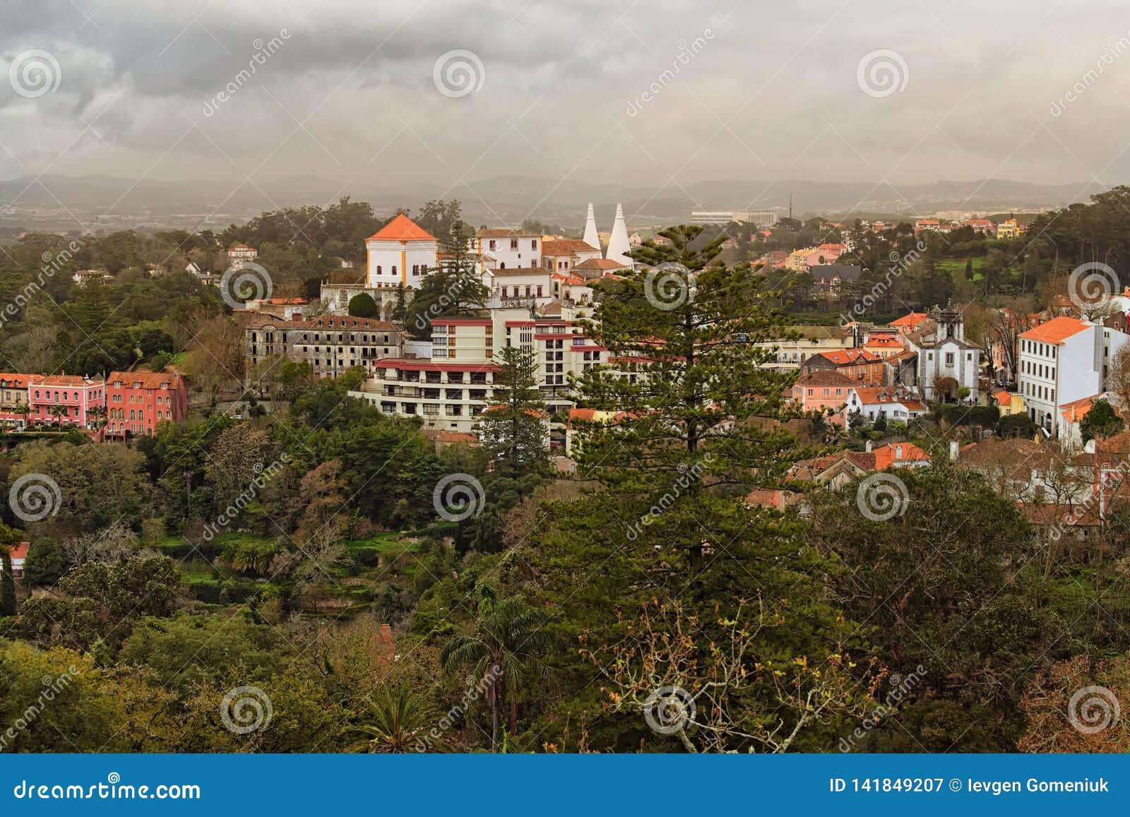 Foto hermosa del paisaje de Sintra medieval y naturaleza imponente alrededor de ella Cielo dramático con las nubes tormentosas
