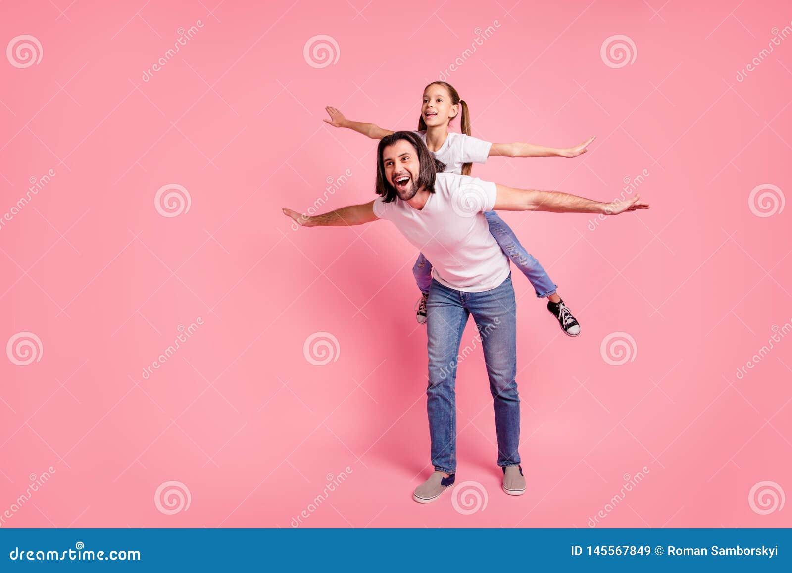 Foto integrale di dimensione corporea bella la sua piccola signora lui lui la sua tenuta di papà poca principessa trasporta sulle