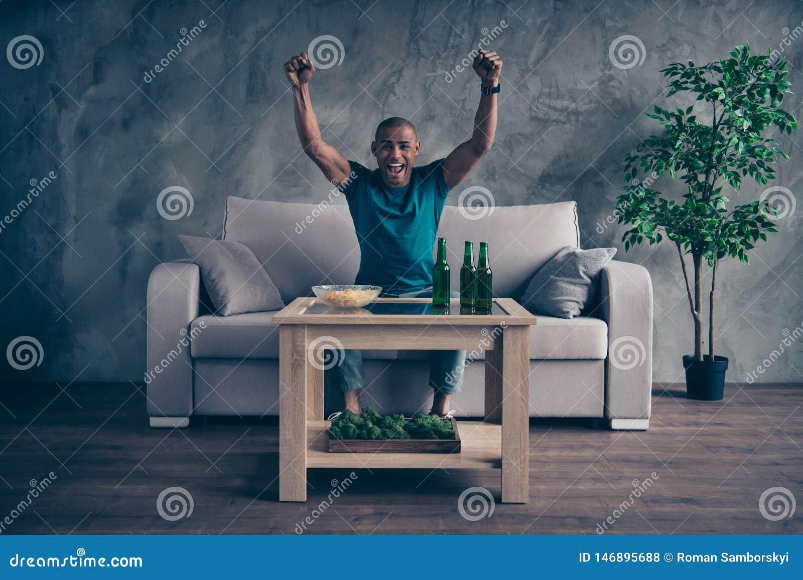 Foto integrale di dimensione corporea che stupisce lui il suo bello macho si tiene per mano la birra inglese su alzata della bott