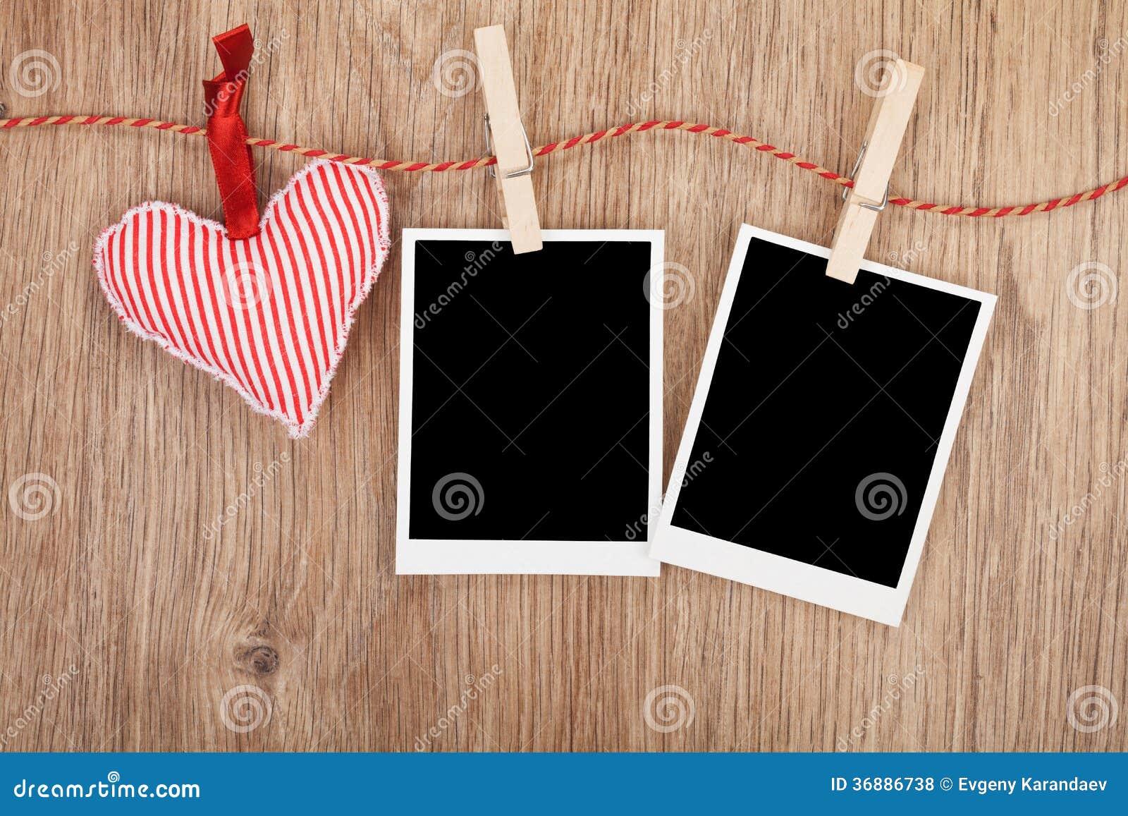 Download Foto Istantanee In Bianco E Cuore Rosso Che Appendono Sulla Corda Da Bucato Fotografia Stock - Immagine di telaio, giorno: 36886738