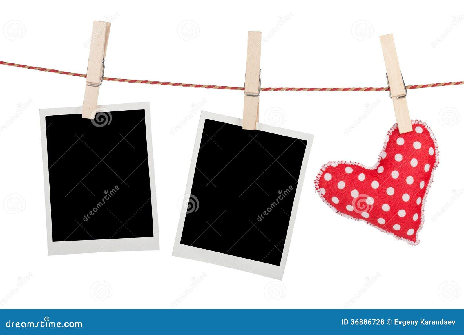 Download Foto Istantanee In Bianco Ed Attaccatura Rossa Del Cuore Fotografia Stock - Immagine di copia, celebrazione: 36886728