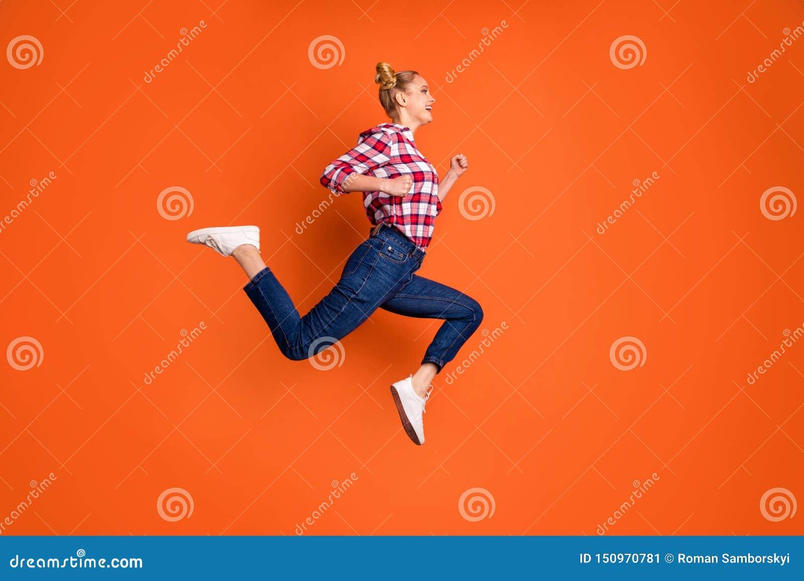 Foto laterale integrale di dimensione corporea di profilo stupendola divertente la sua signora che salta funzionamento pazzo di a