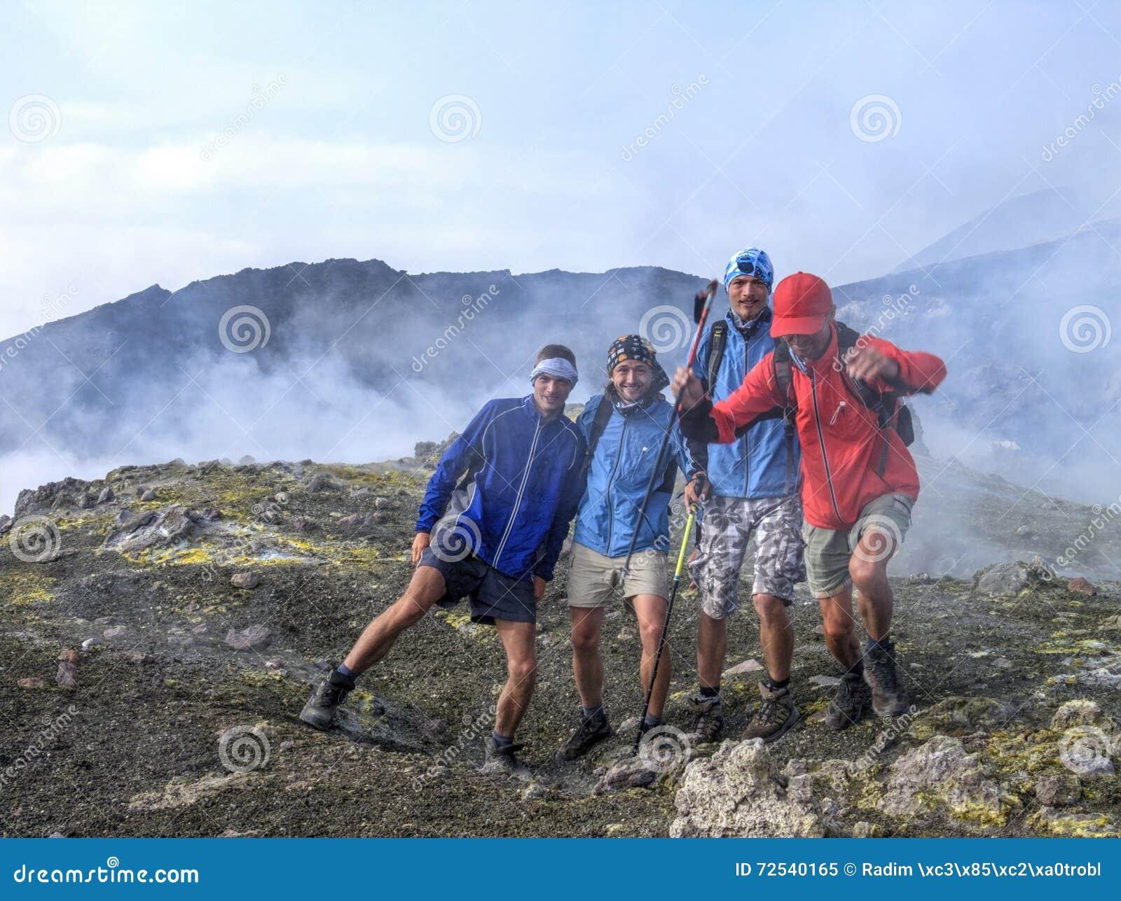 Foto op de top van Etna door zwavelgas dat wordt gestoord