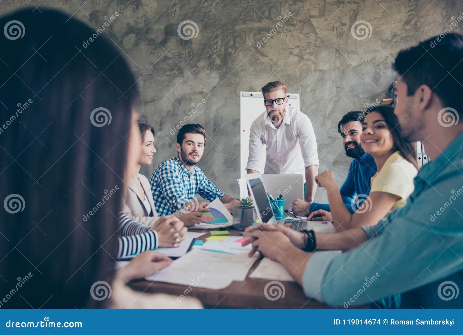 Foto potata di giovani partner che discutono la strategia del compa